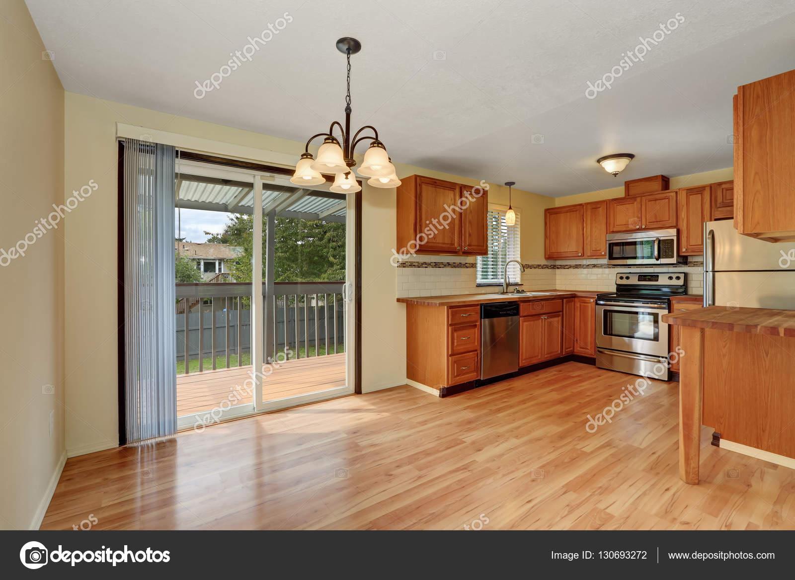 Vloer Voor Balkon : Houten keuken interieur met hardhouten vloer en uitgang naar het