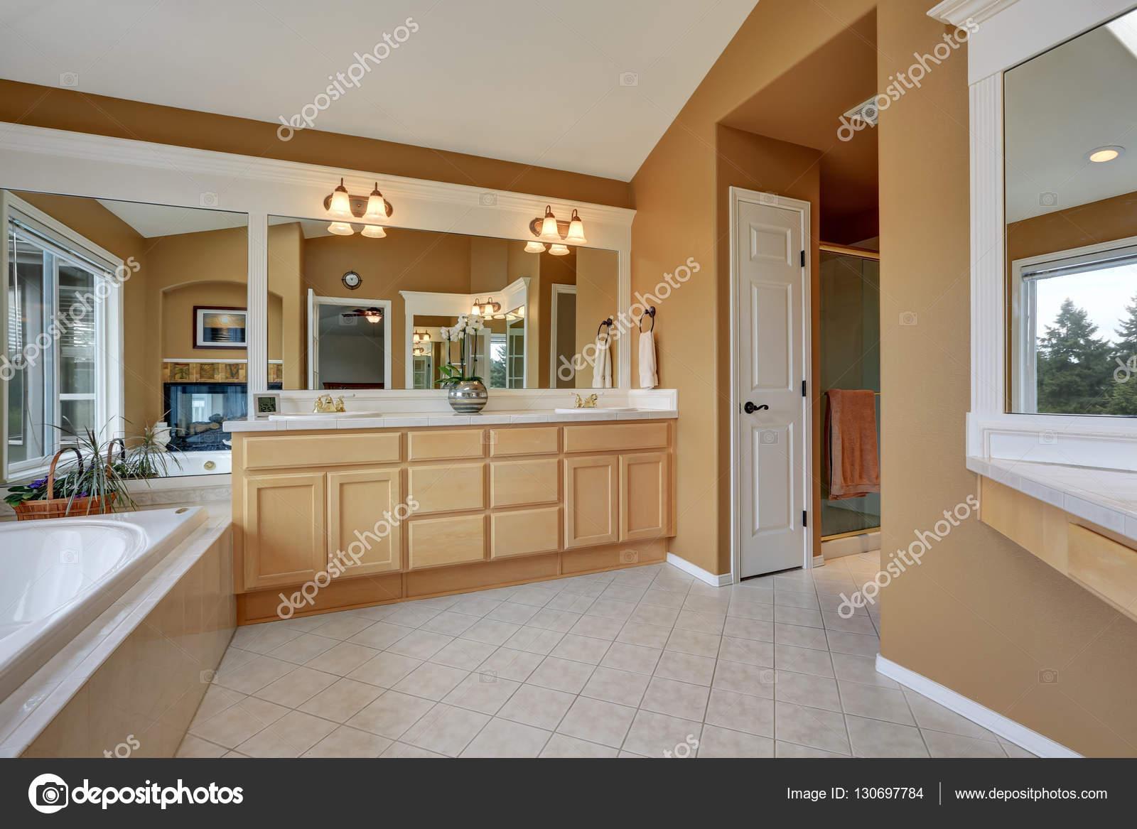 Interior del cuarto de baño de lujo. Naranja marrón paredes y techo ...
