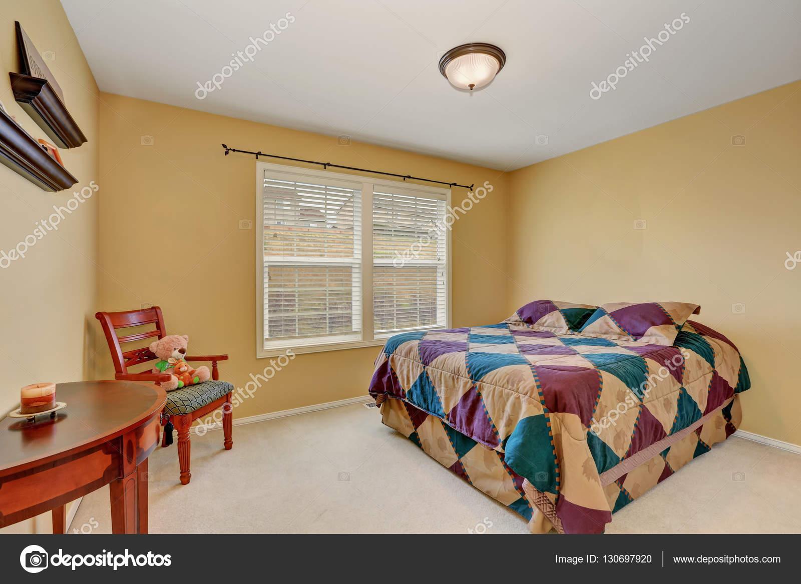 Gele Muur Slaapkamer : Kinderen slaapkamer met kleurrijke pastel gele muren u stockfoto