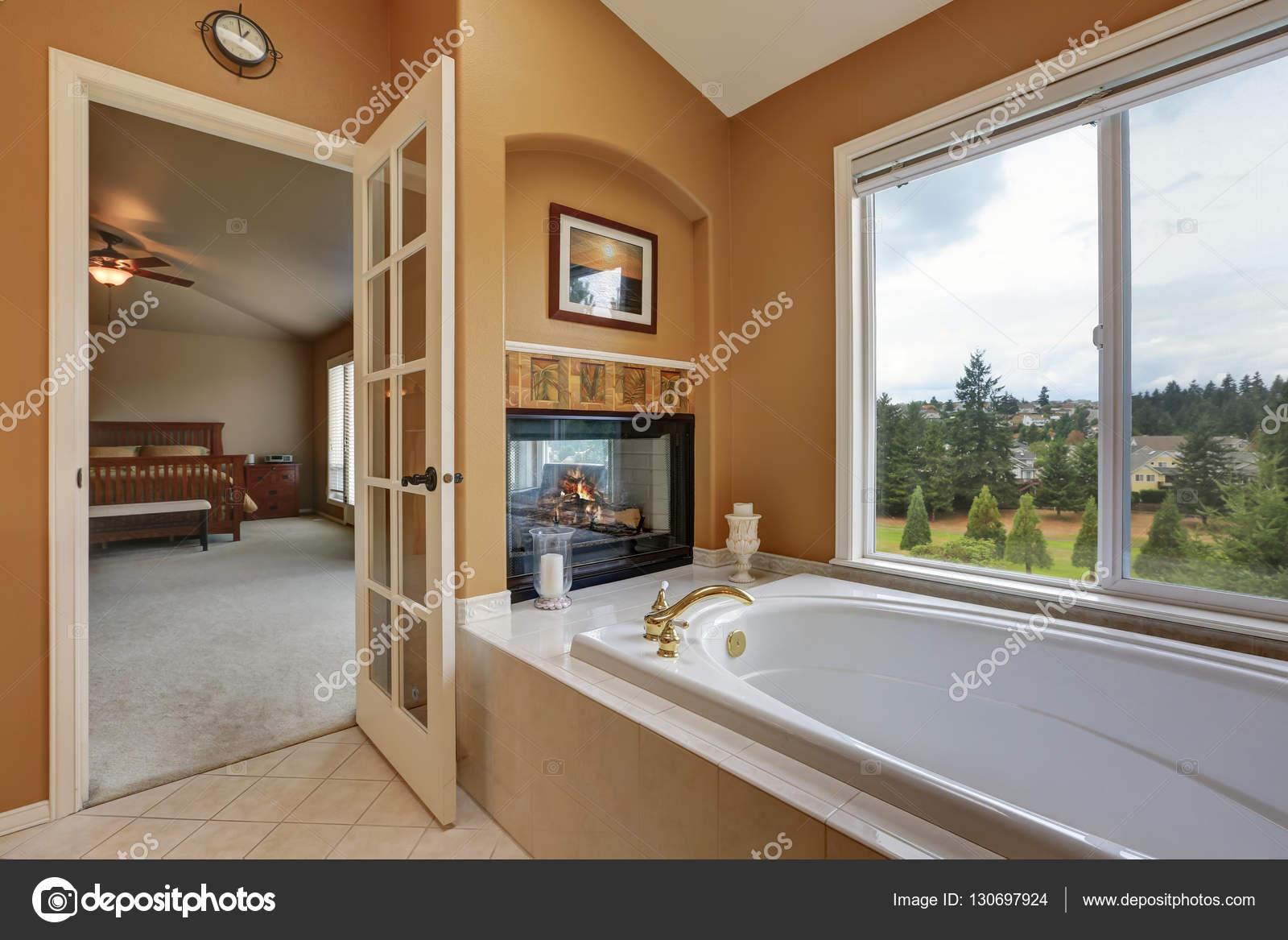 Interior del cuarto de baño de lujo. Montaje chimenea de pared con ...