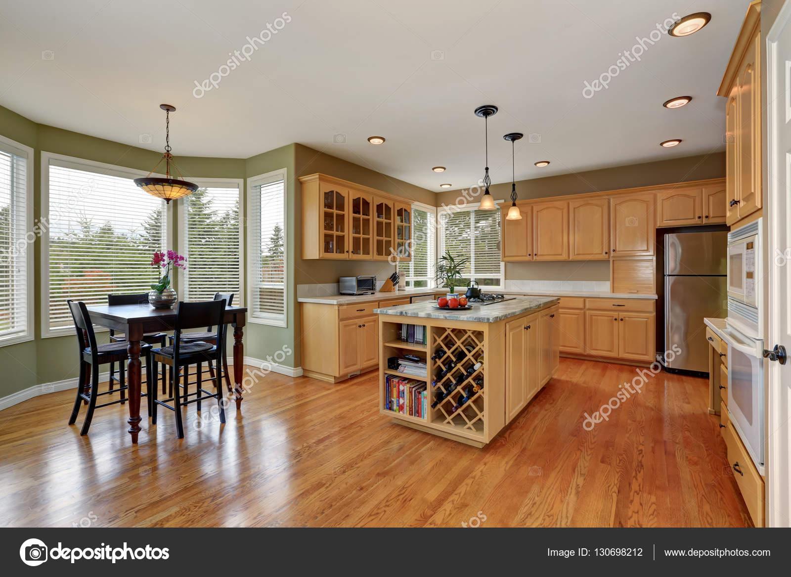 Combinazione di mobili di acero e grande isola in camera cucina ...