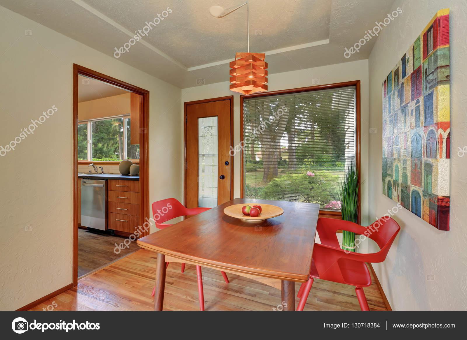 Interieur De Zone Salle A Manger Avec Des Chaises Rouges Et Sortie