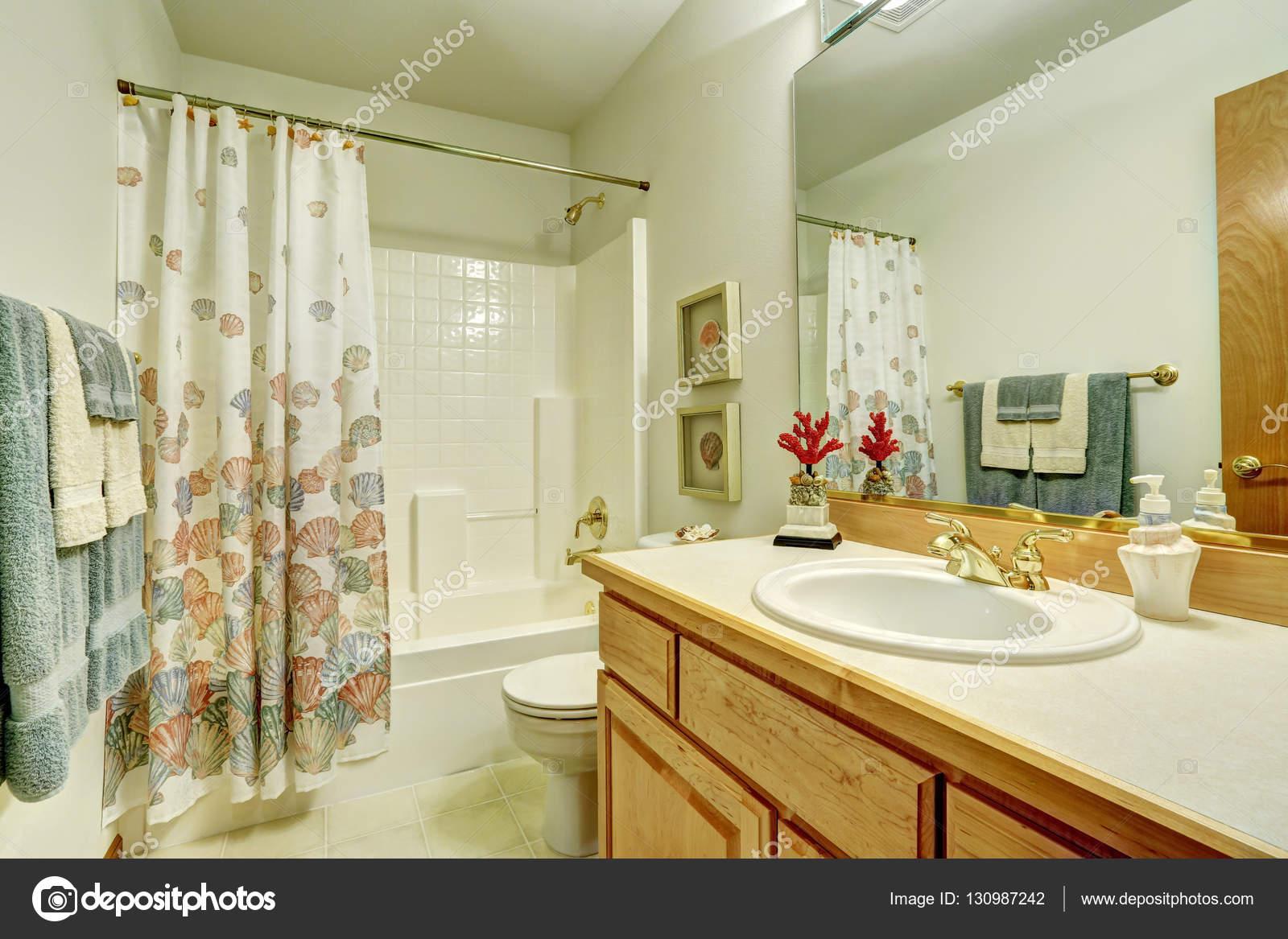 Bagno in stile marino. tenda da doccia con reticolo di conchiglie di