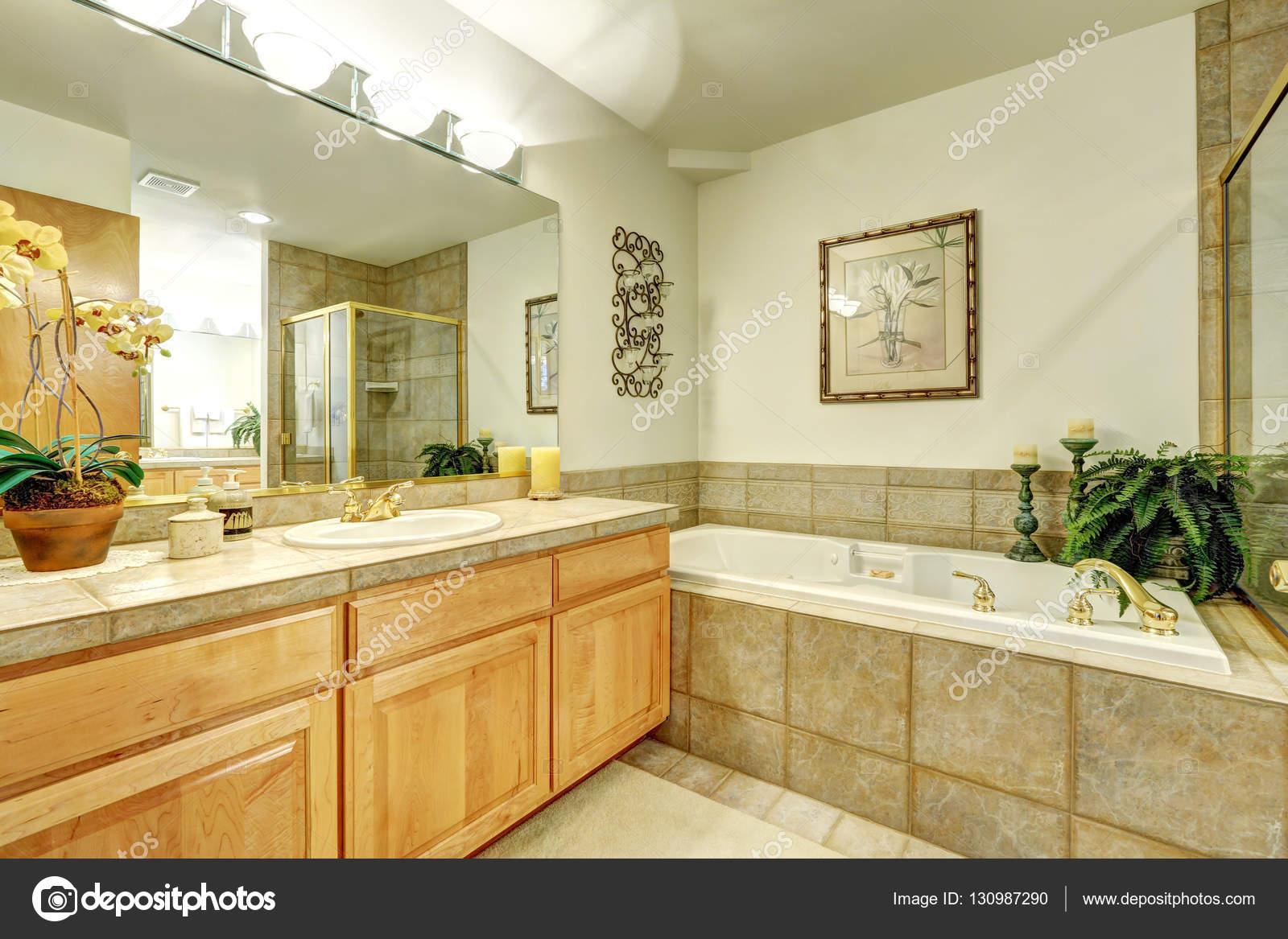 Luxus Badezimmer Mit Marmorfliesen Und Große Waschbeckenunterschrank U2014  Stockfoto