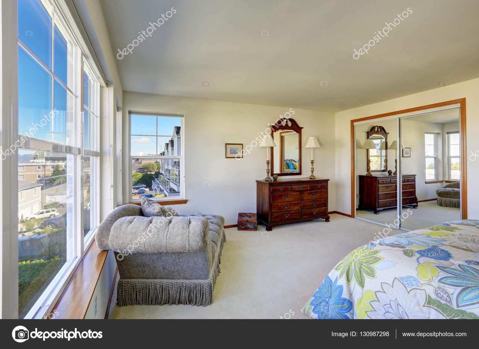 Accogliente camera da letto con letto colorato, vintage armadio e ...