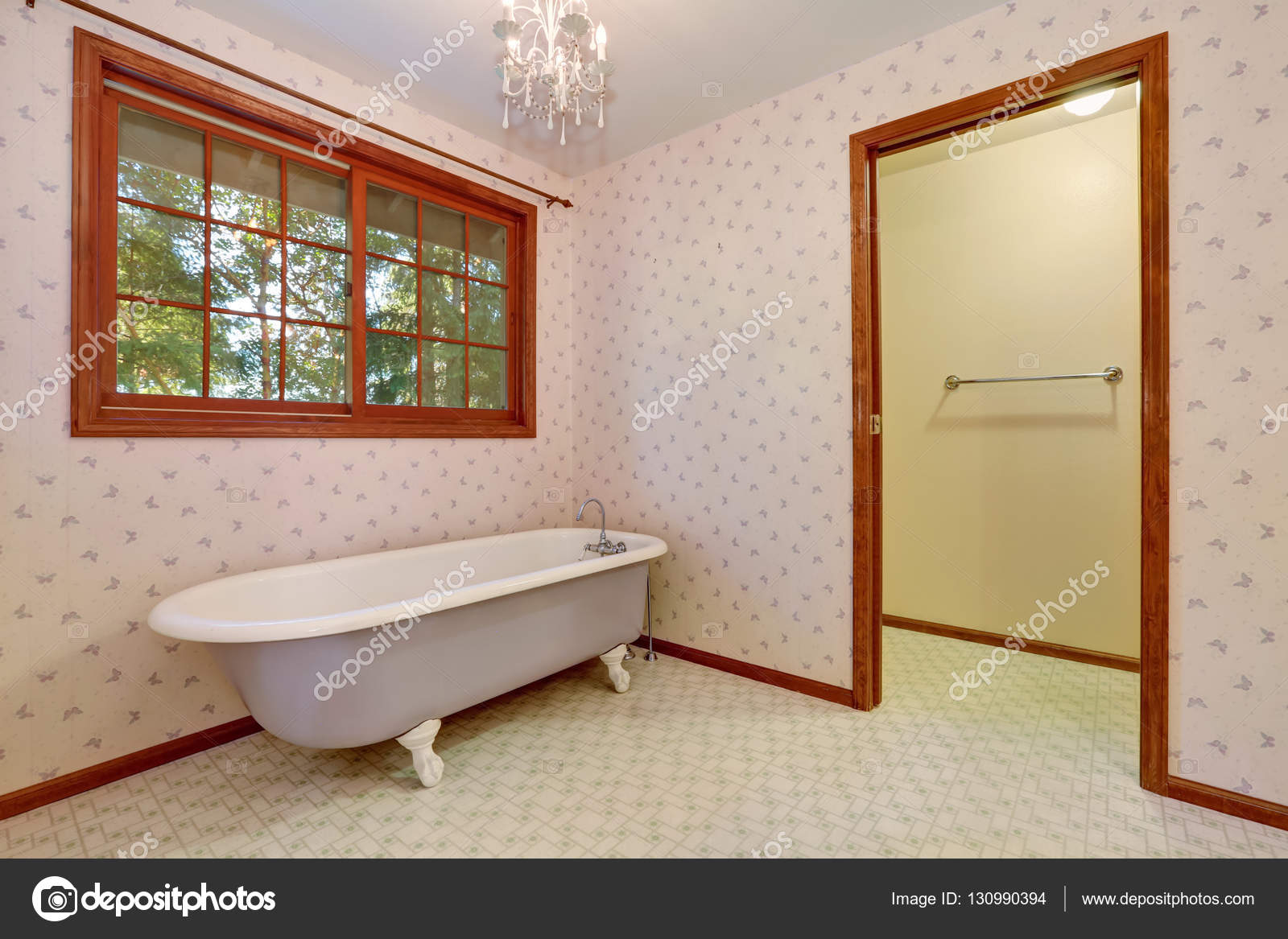 freistehende badewanne in der ecke des retro bad stockfoto iriana88w 130990394. Black Bedroom Furniture Sets. Home Design Ideas