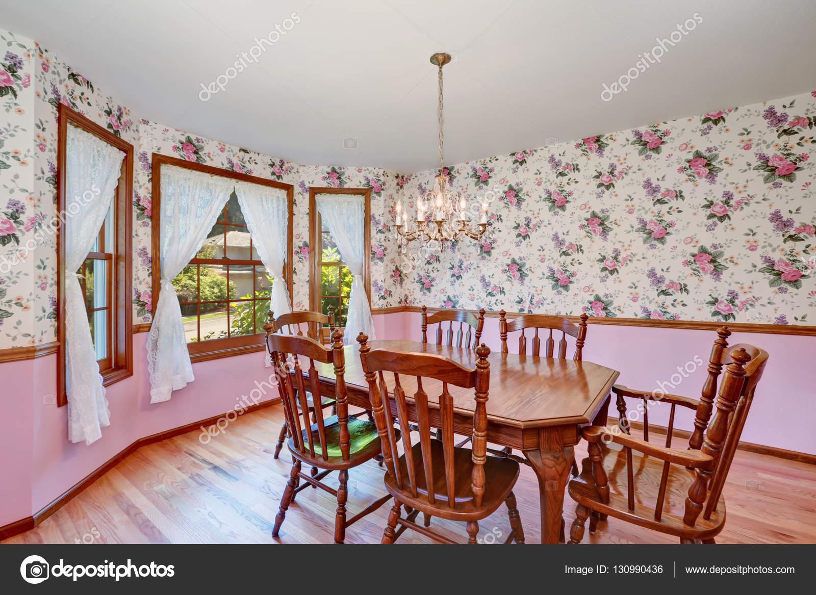 Retro look van eetkamer met houten gesneden tafel set u stockfoto