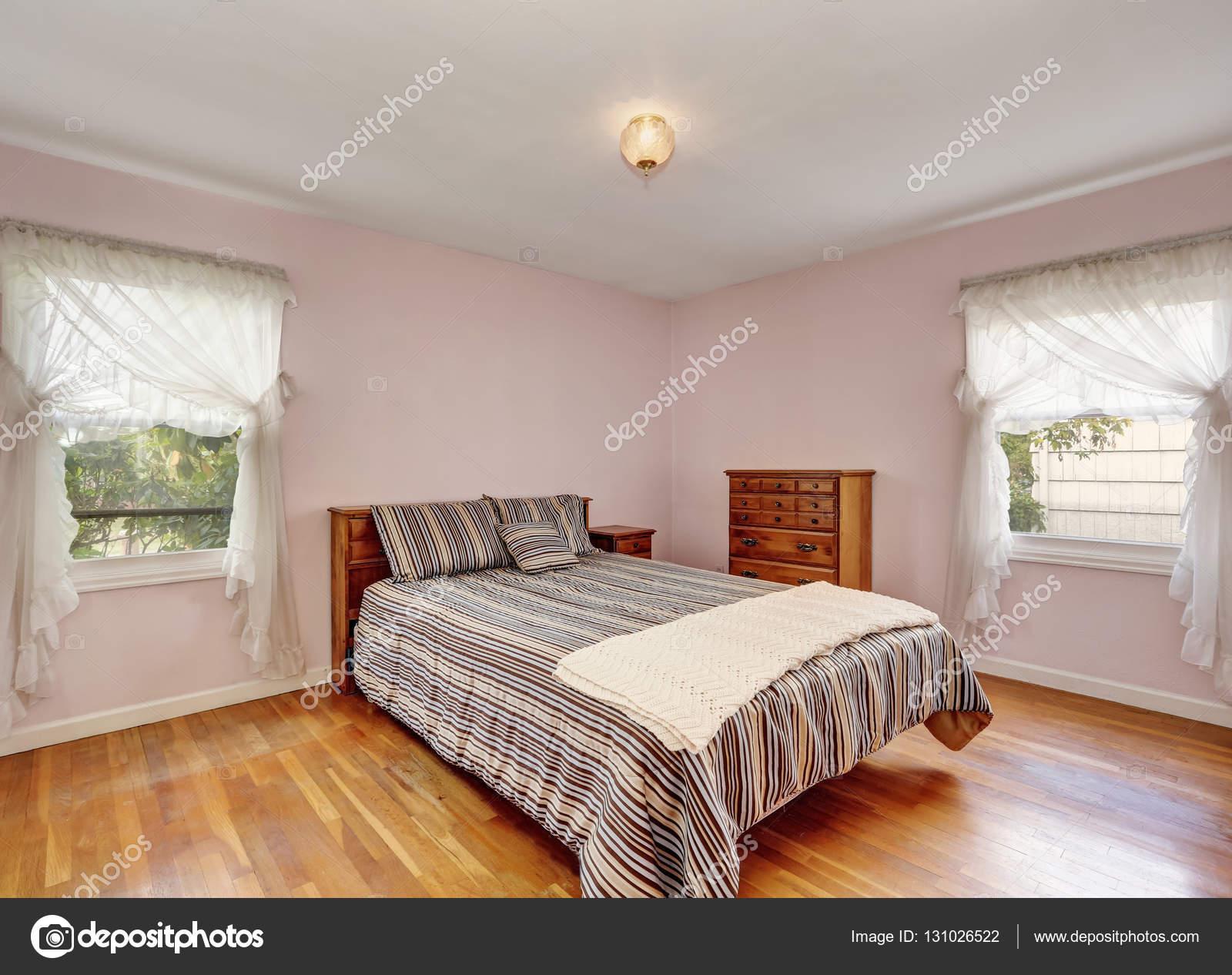 Interior de dormitorio con piso de madera y paredes de Pisos para dormitorios