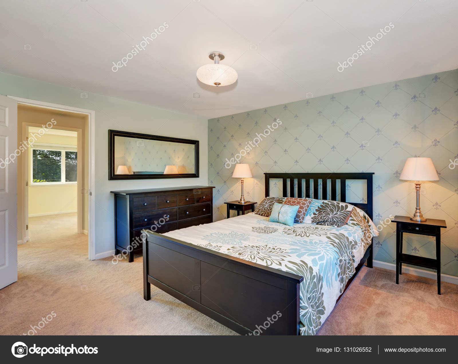 Slaapkamer Zwarte Vloer : Traditioneel ingerichte slaapkamer met zwarte meubelen en tapijt