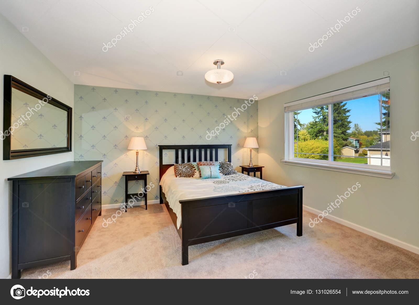 Chambre meublée avec des meubles noir et moquette — Photographie ...