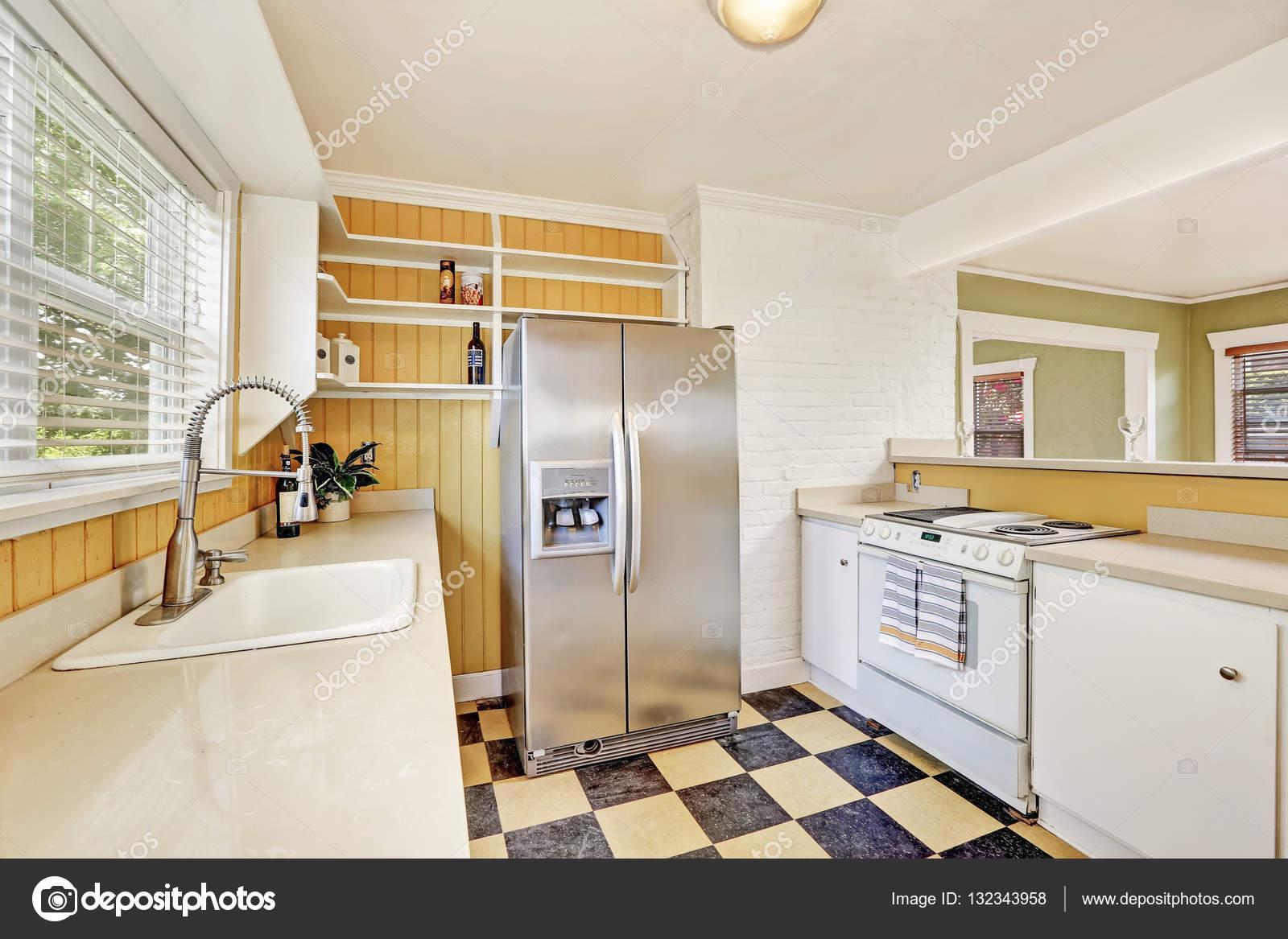 u vormige keuken kamer interieur met moderne koelkast stockfoto
