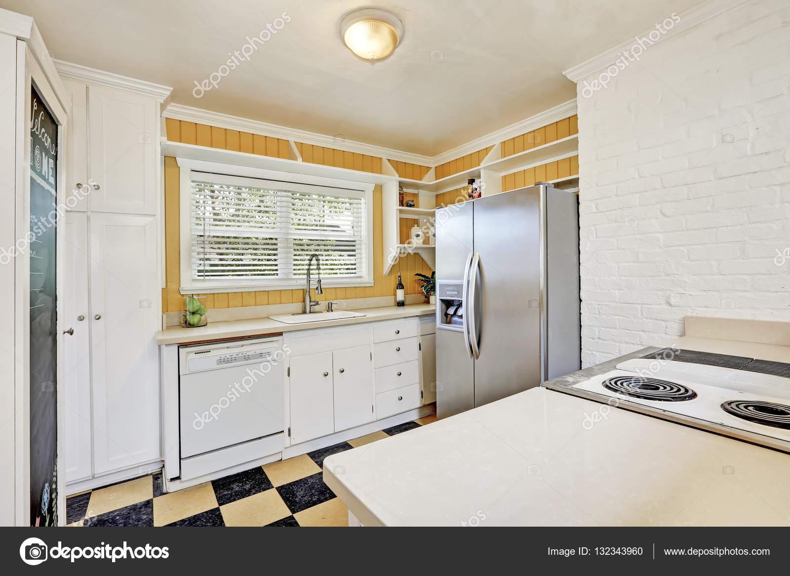 U Vormige Keuken : U vormige keuken kamer interieur met moderne koelkast u stockfoto