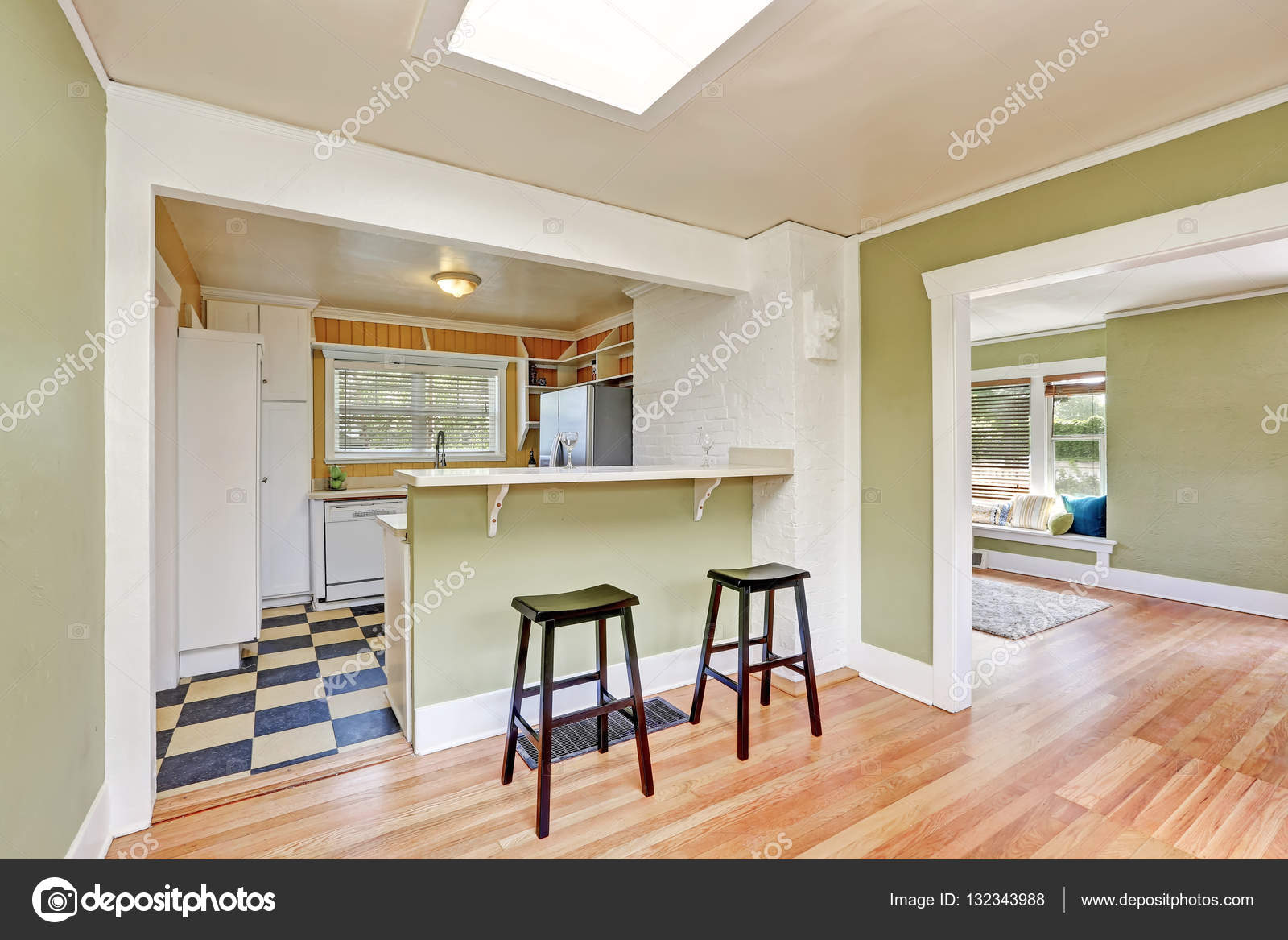 Interiore della stanza cucina a forma di u con sgabelli da bar