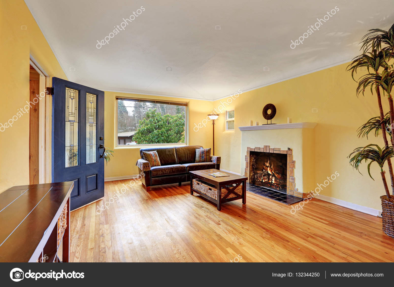 따뜻한 노란색 벽 아늑한 거실 인테리어 — 스톡 사진 © iriana88w ...