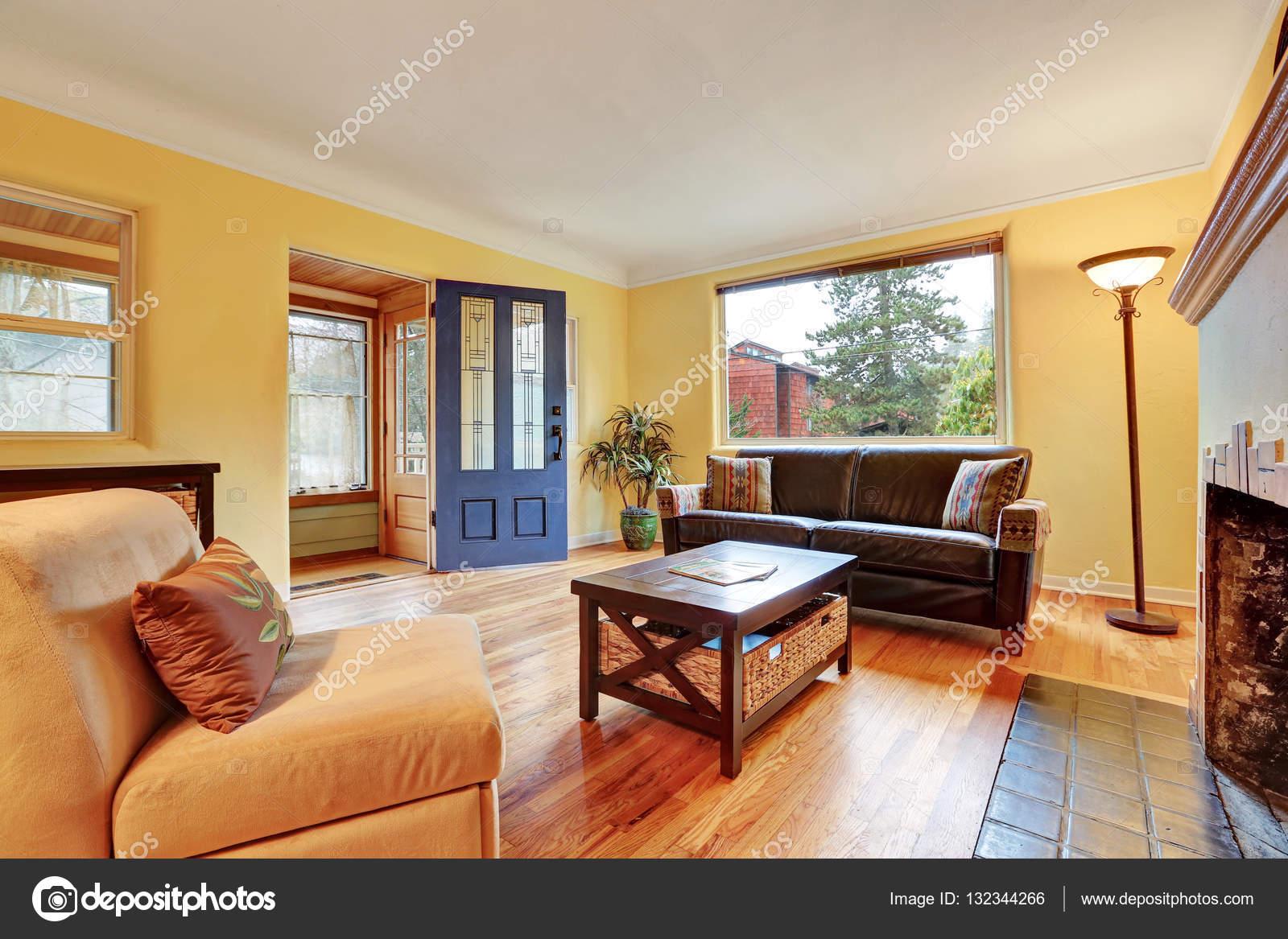 Gezellige woonkamer interieur met warme gele muren — Stockfoto ...