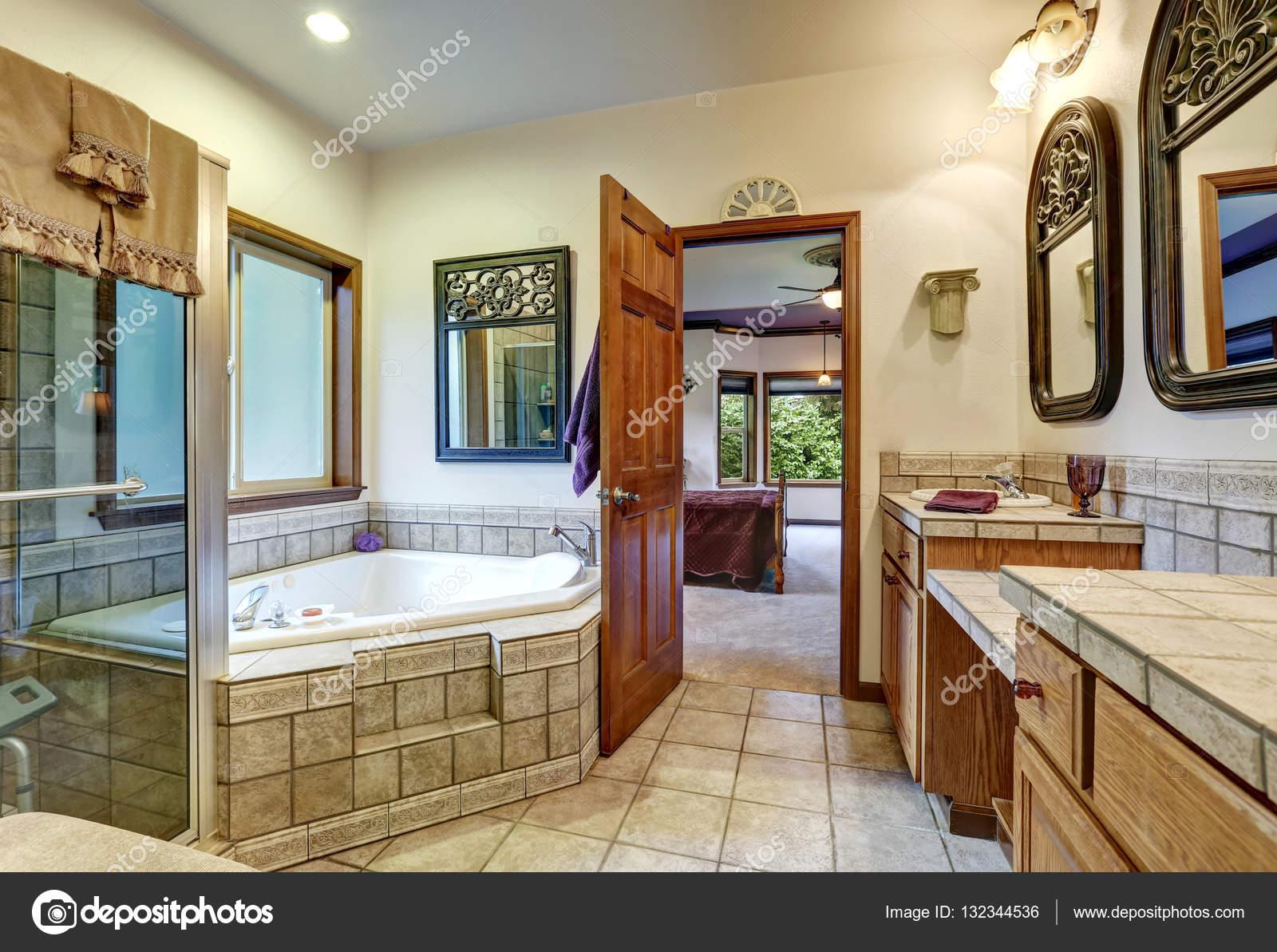 Jack Und Jill Bad Mit Zwei Waschbecken Und Whirlpool Badewanne