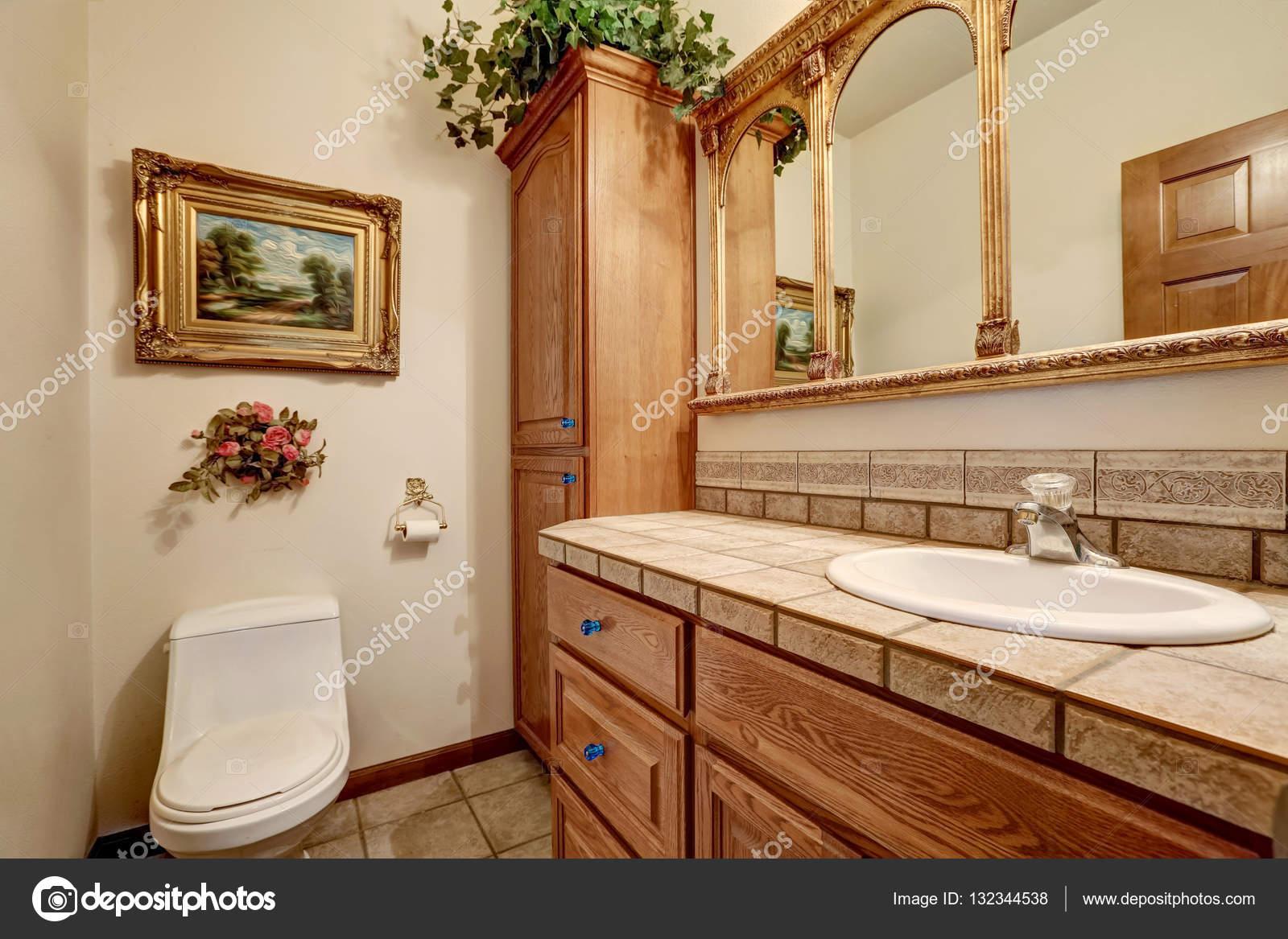 Vintage Badkamer Spiegel : Badkamersijdelheid kabinet met vintage stijl spiegel u2014 stockfoto