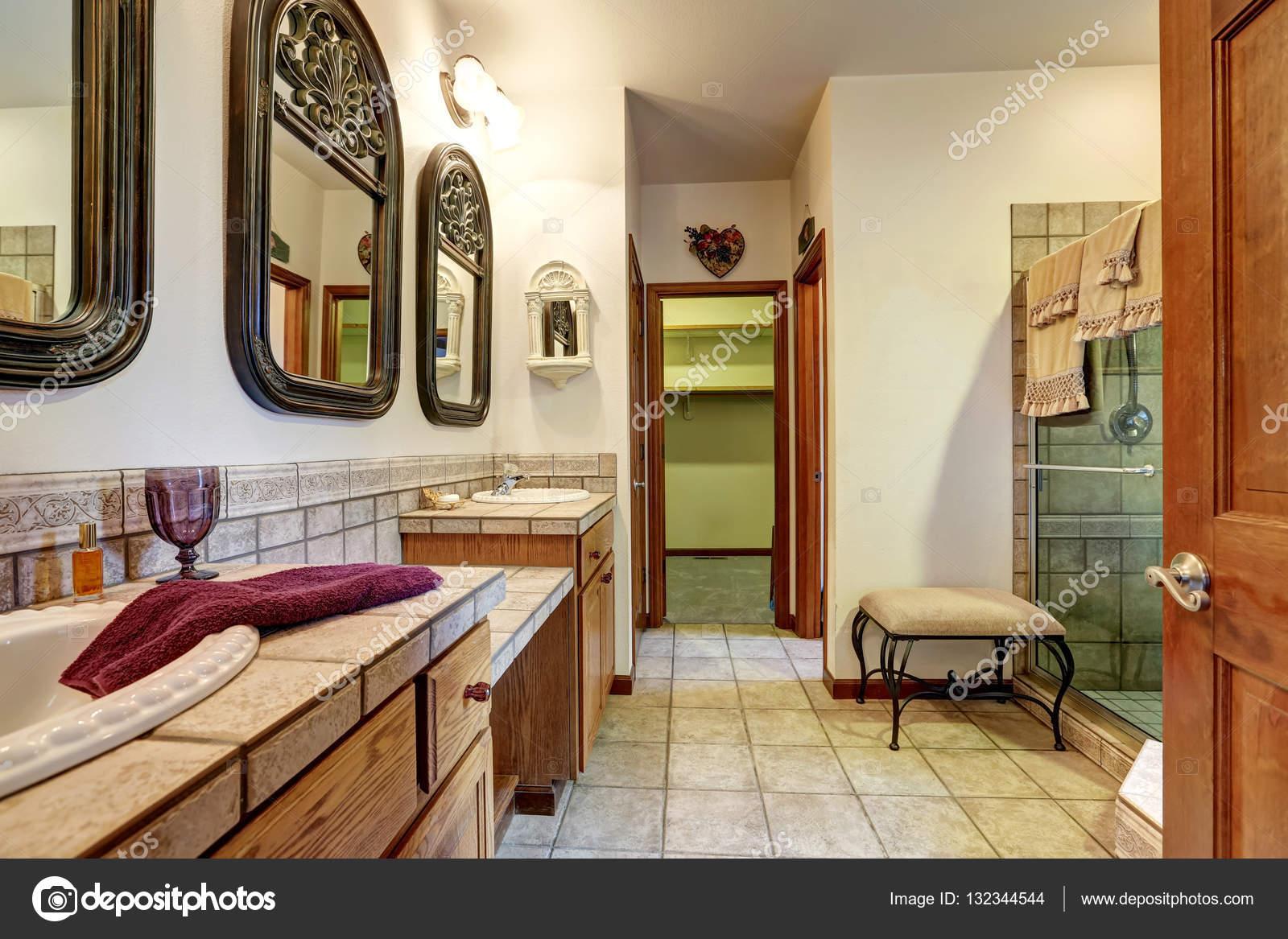 Bagno Con Doccia Aperta : Jack e jill bagno con due lavabi e doccia in vetro u foto stock