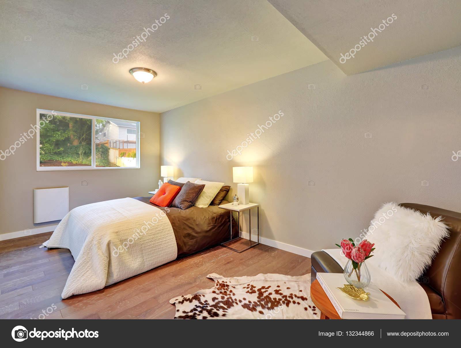 slaapkamer interieur in witte en bruine kleurencombinatie stockfoto