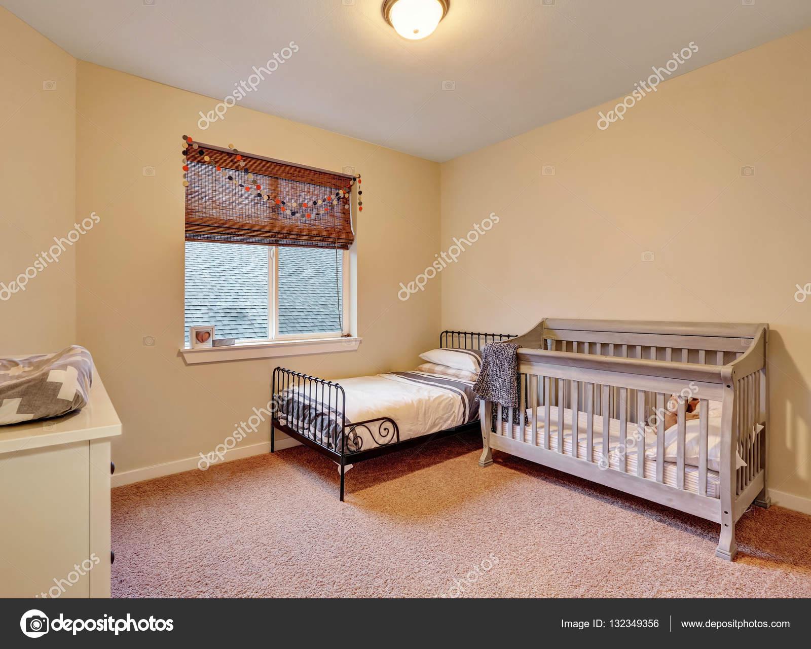 Chambre d\'enfants dans des couleurs pastels chaudes — Photographie ...