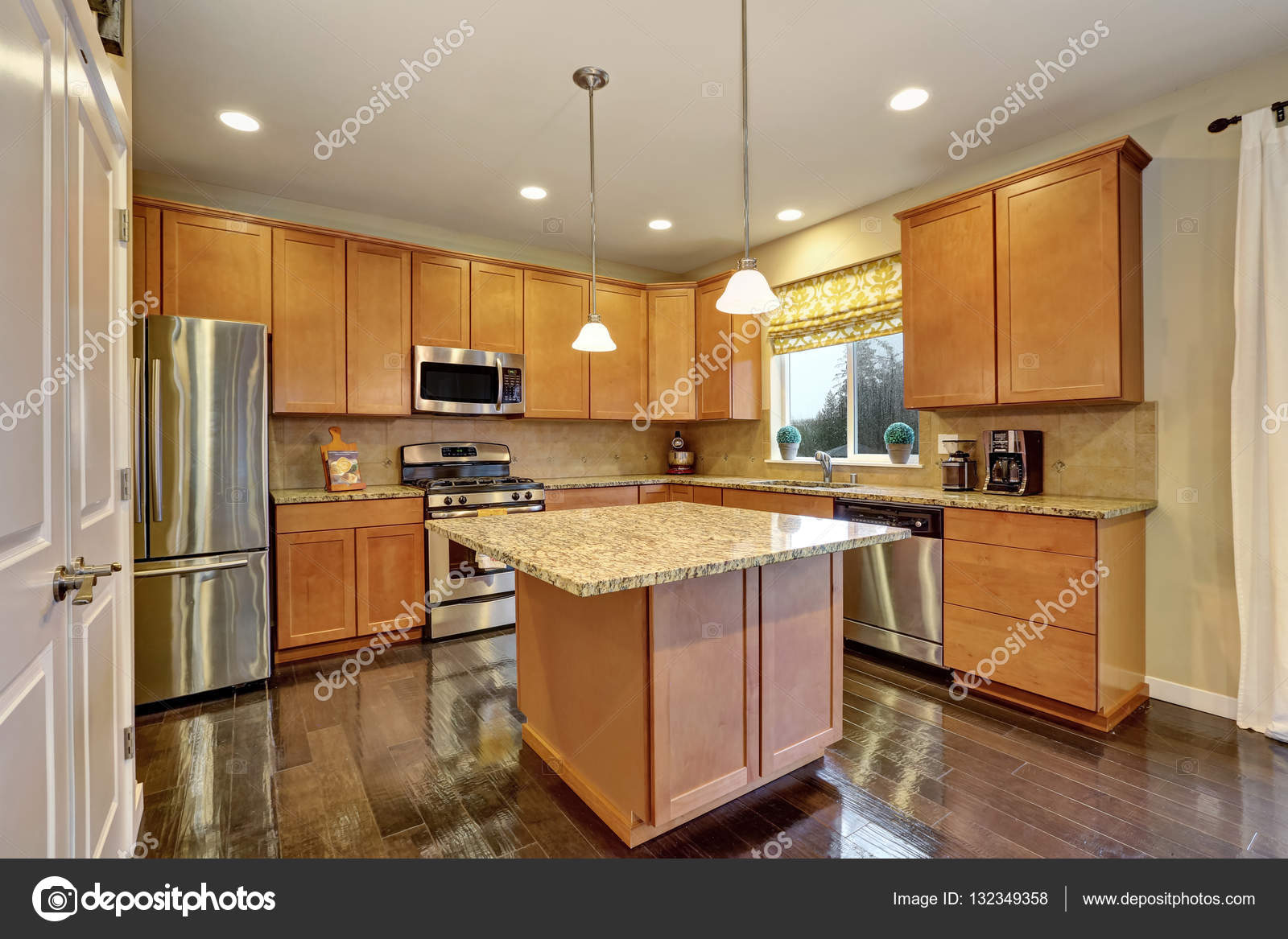 Sala Ampla Cozinha Com Piso De Madeira Brilhante Fotografias De