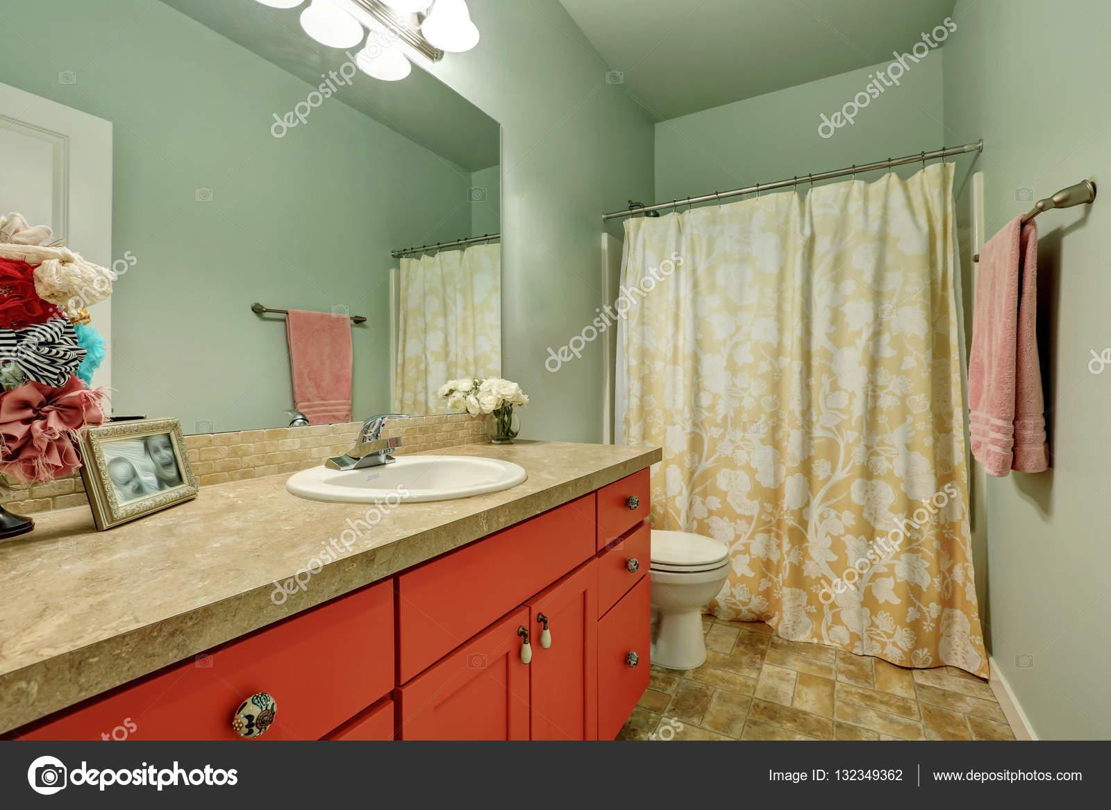 badkamer interieur in combinatie van de groene en rode kleur noordwesten verenigde staten foto van iriana88w