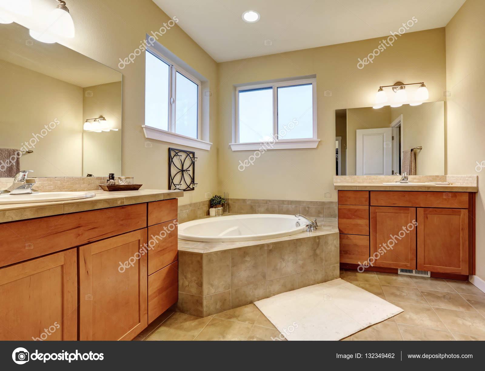 Interiore della stanza da bagno con due lavabo e vasca da bagno ...