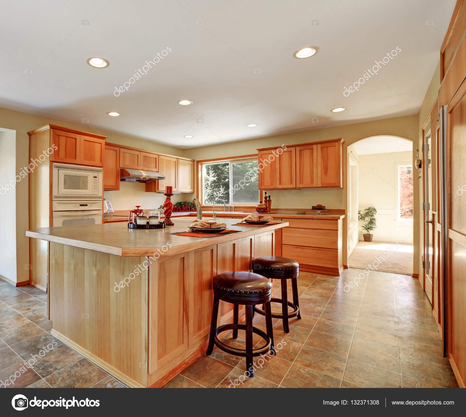 Küche Interieur mit Honig Schränke und Einbaugeräte — Stockfoto ...
