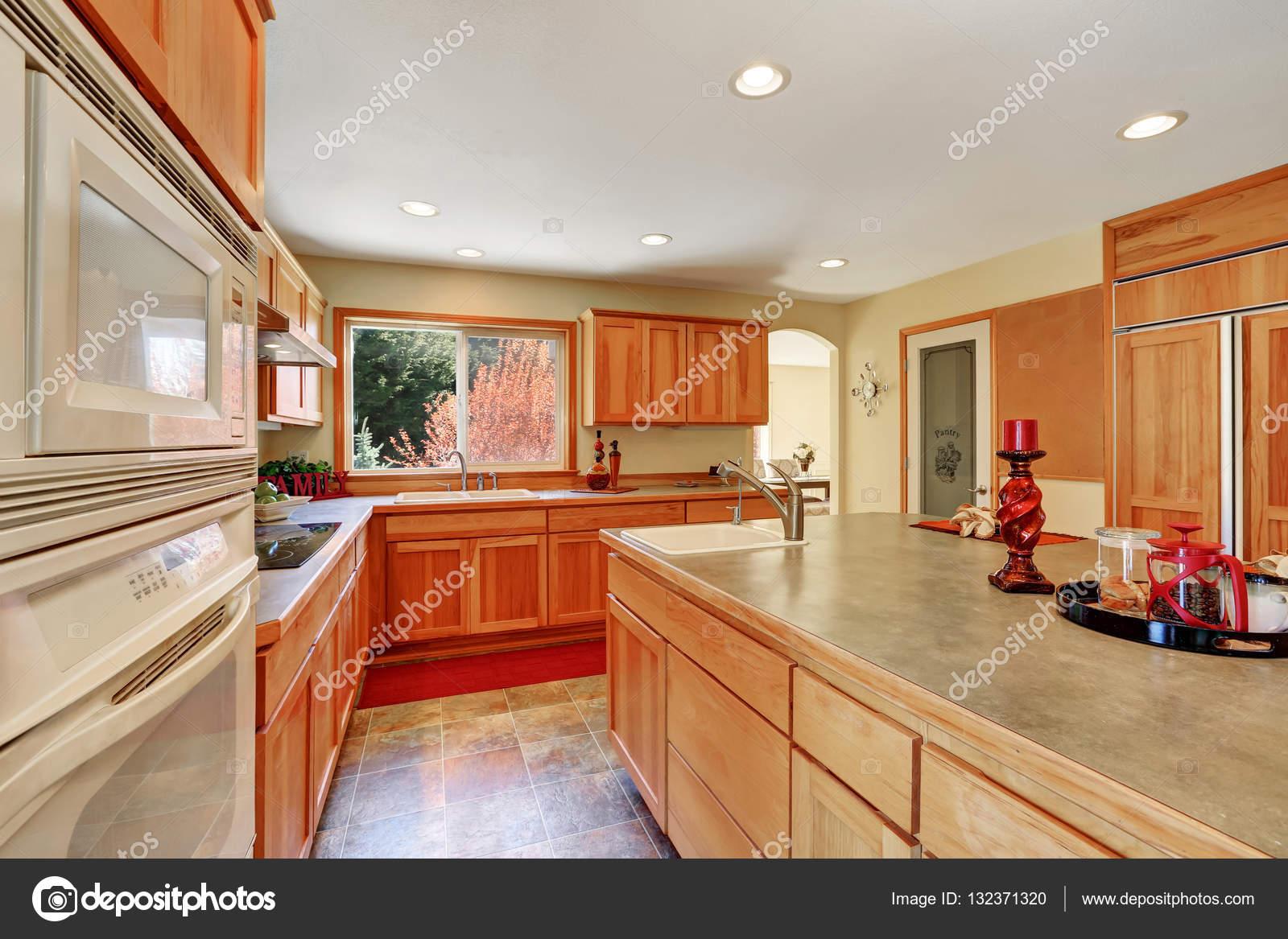 Interiore della cucina con miele mobili ed elettrodomestici ...
