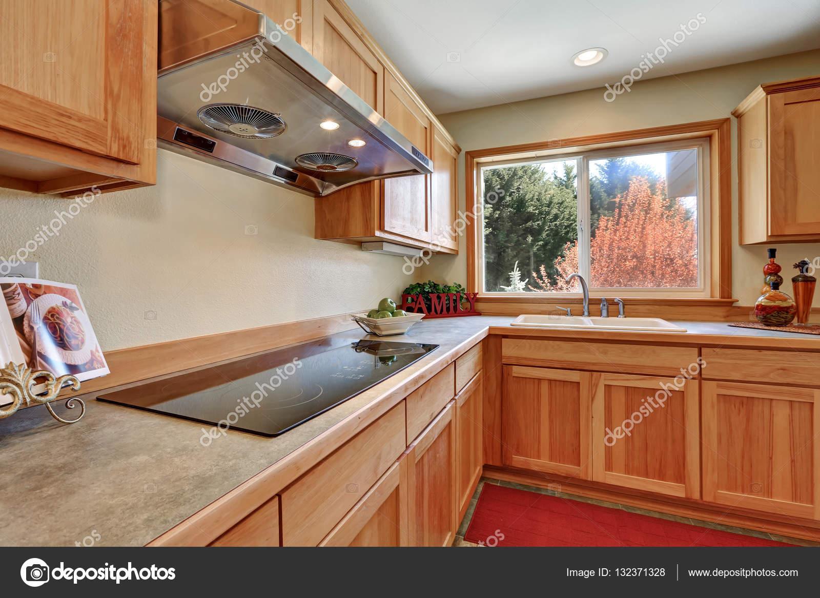 Interiore della cucina con miele mobili ed elettrodomestici da ...
