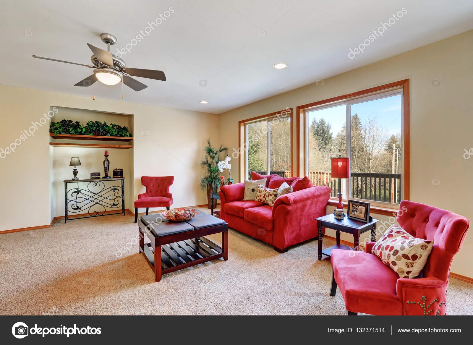 Gezellige woonkamer interieur met rood fluweel meubilair — Stockfoto ...