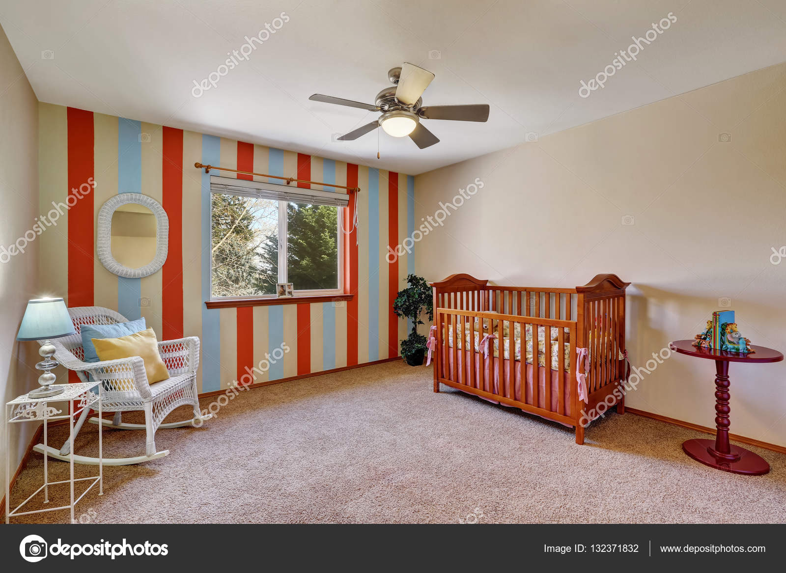 Sala De Ber Rio Colorido Brilhante Com Parede Listrada De Contraste  -> Parede Sala Listrada