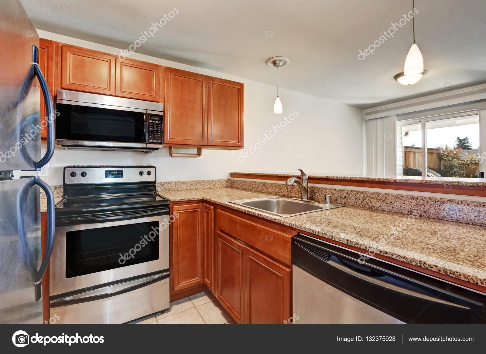 Keuken Kast Kleine : Kleine keuken beschikt over shaker kasten met granieten aanrecht