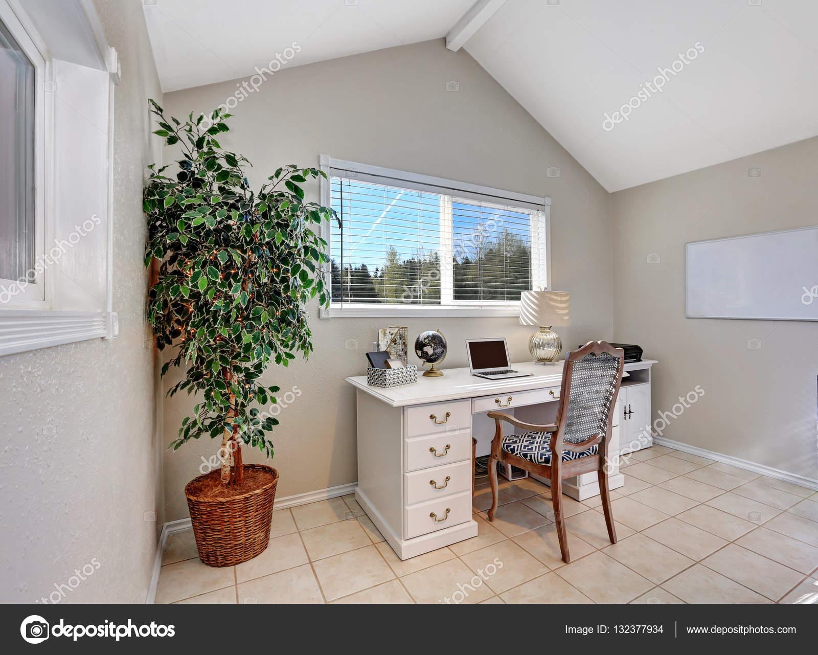 Kantoor Aan Huis : Kantoor aan huis interieur gevuld met witte bureau u stockfoto
