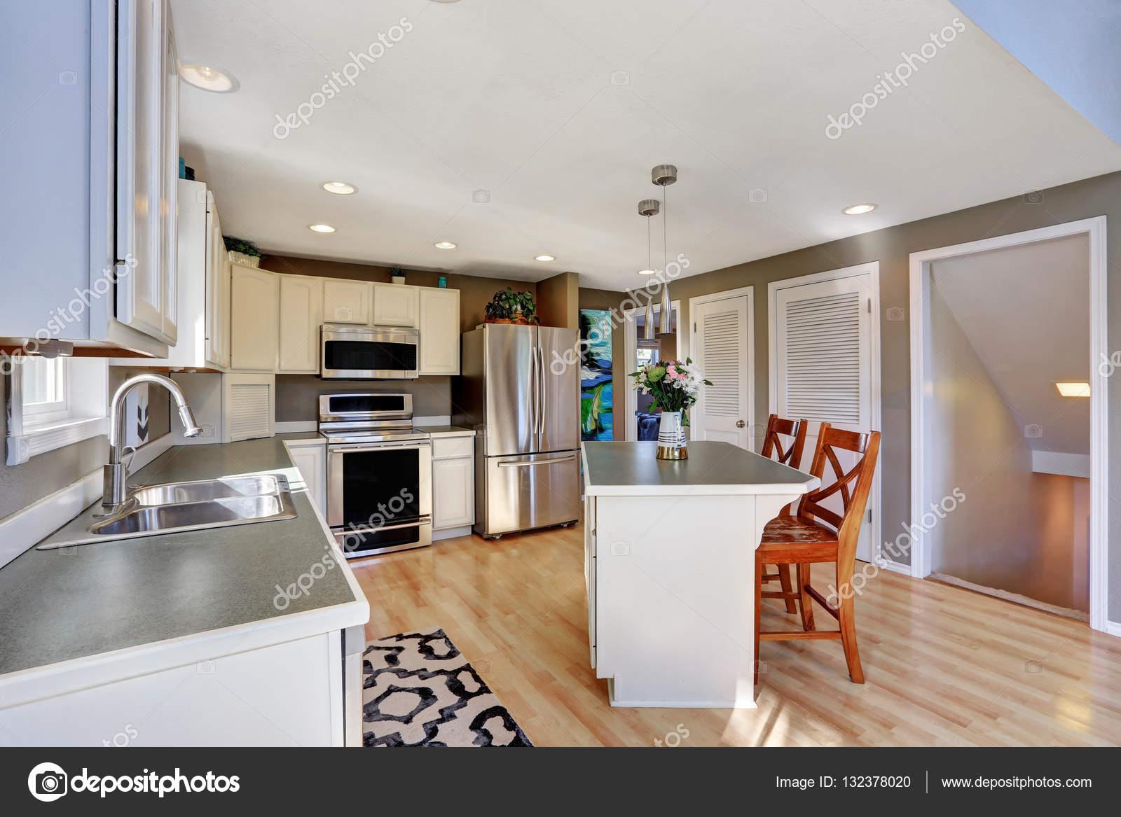 moderne keuken kamer interieur met roestvrijstalen apparaten stockfoto