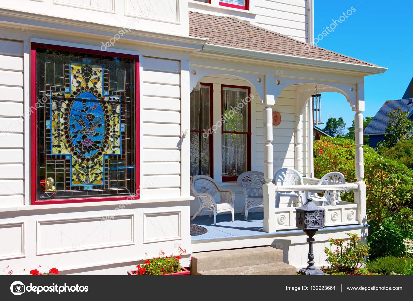 Le Porche De La Maison porche de la maison historique d'américain blanc avec fenêtre en