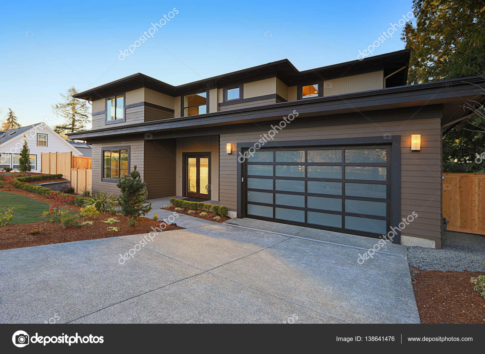 extrieur maison nouvelle construction avec maison contemporaine plan caractristiques faible pente toit marron parement et verre porte de garage