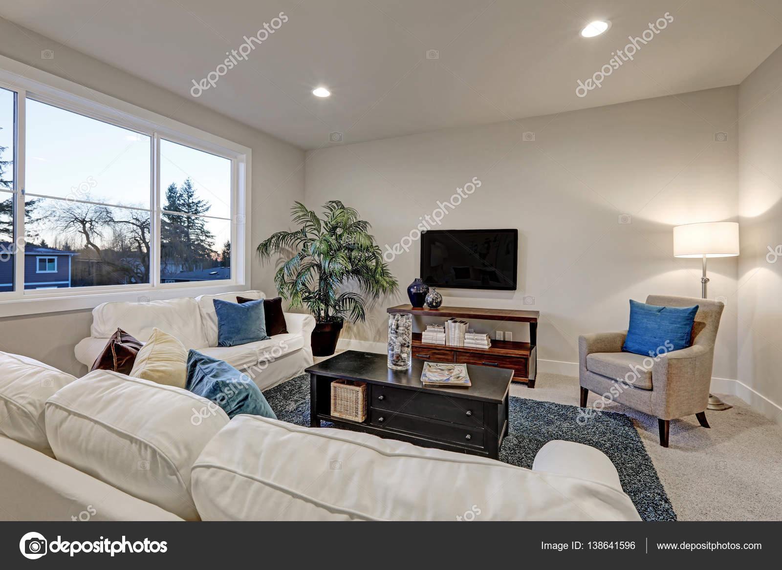 Wit en beige woonkamer interieur met blauw accent tapijt — Stockfoto ...