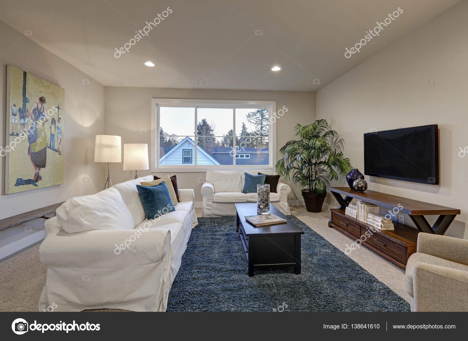 Interior Da Sala Branca E Bege Com Tapete Do Acento Azul Stock