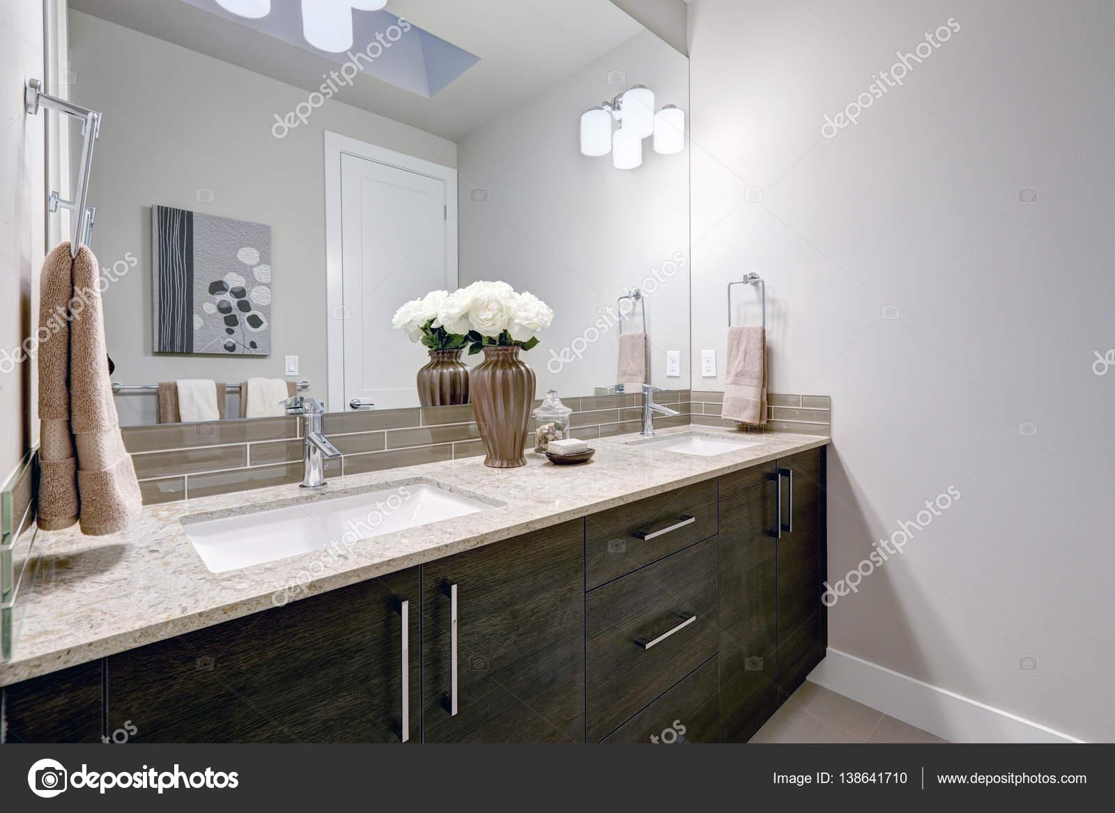 design de salle de bain gris et propre dans la maison toute neuve photographie iriana88w. Black Bedroom Furniture Sets. Home Design Ideas
