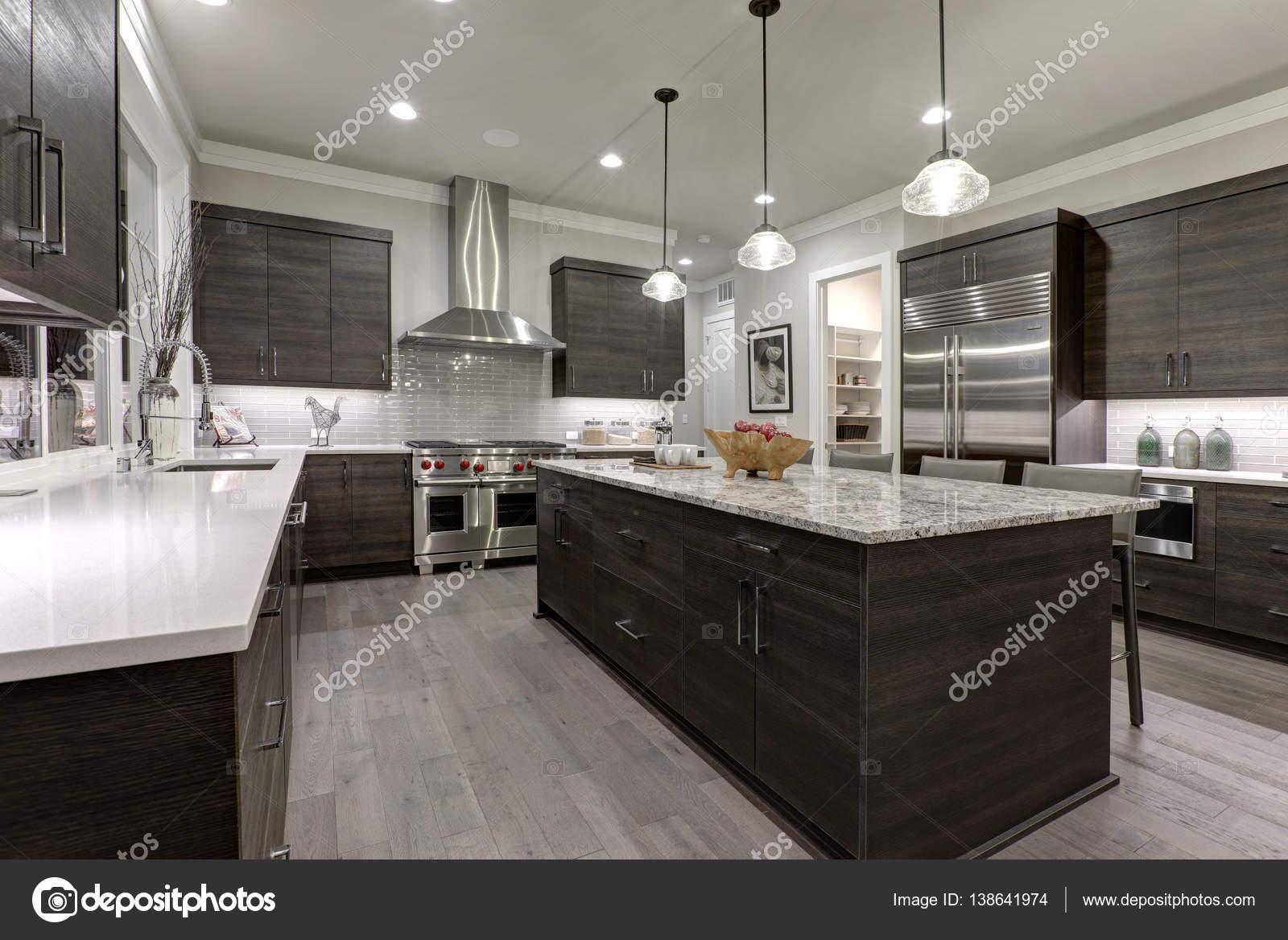 Cocina gris cuenta con gabinetes de piso delanteros gris oscuros ...