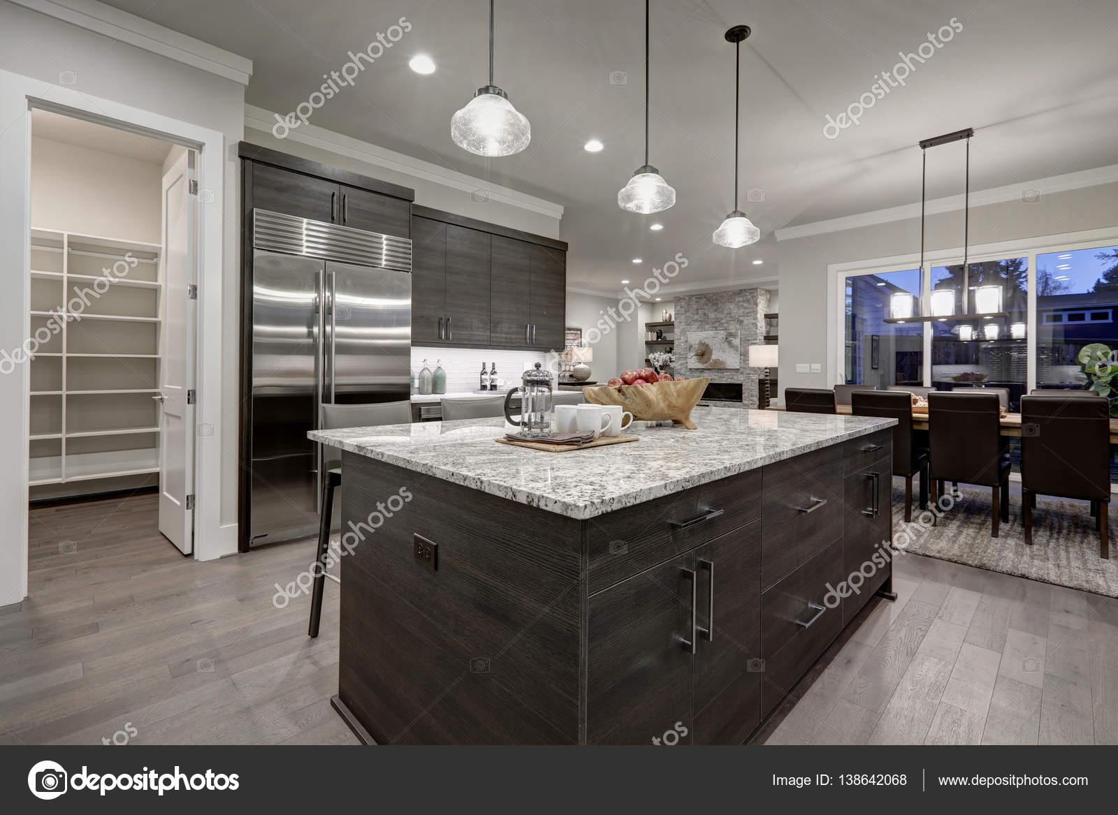 Moderne Keuken Donker : Geïntegreerde tafel met donkere houtstructuur dsm keukens