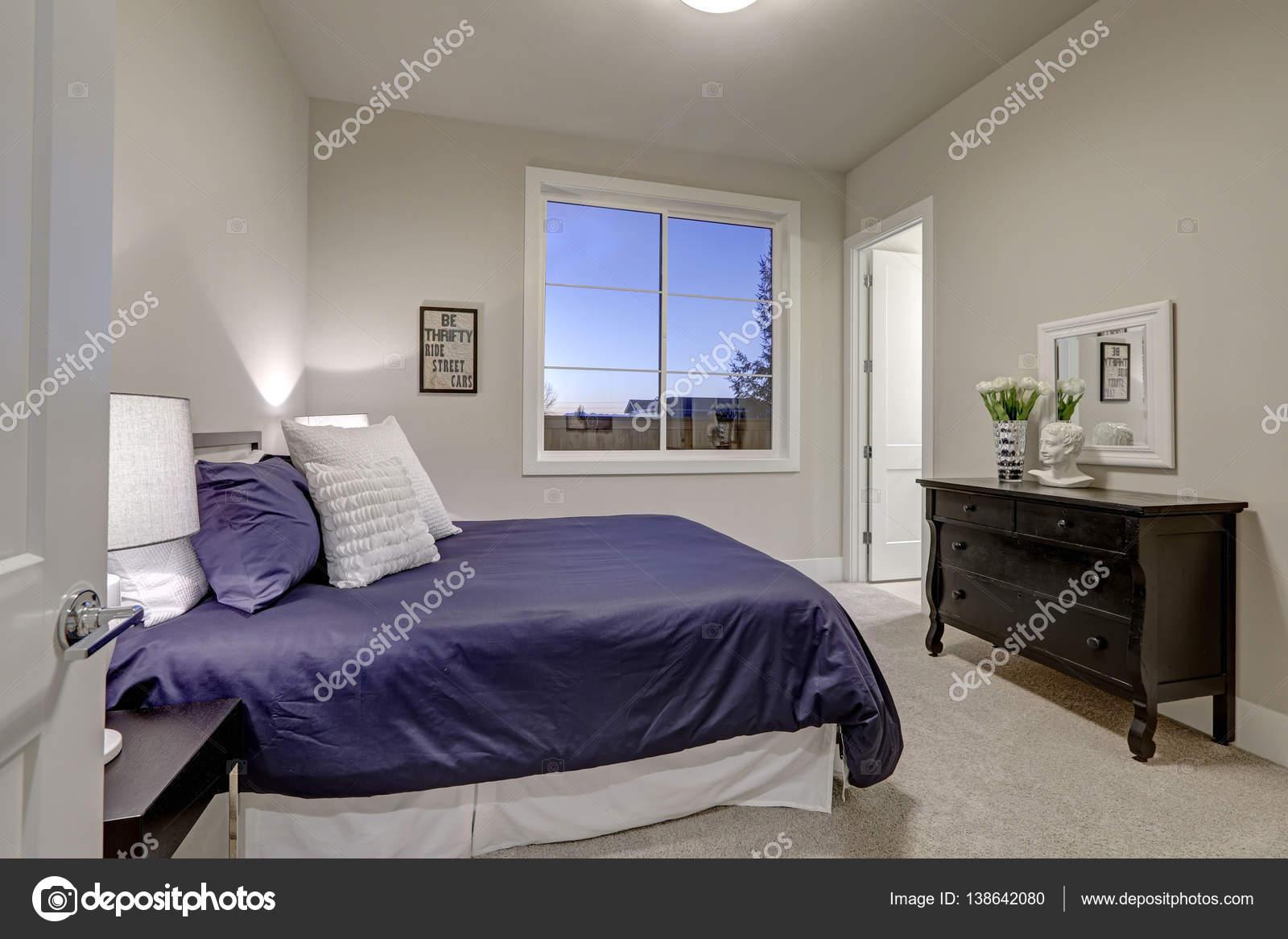 Beige Und Blass Grau Schlafzimmer Design Akzentuiert Mit Blaues Bett U2014  Stockfoto