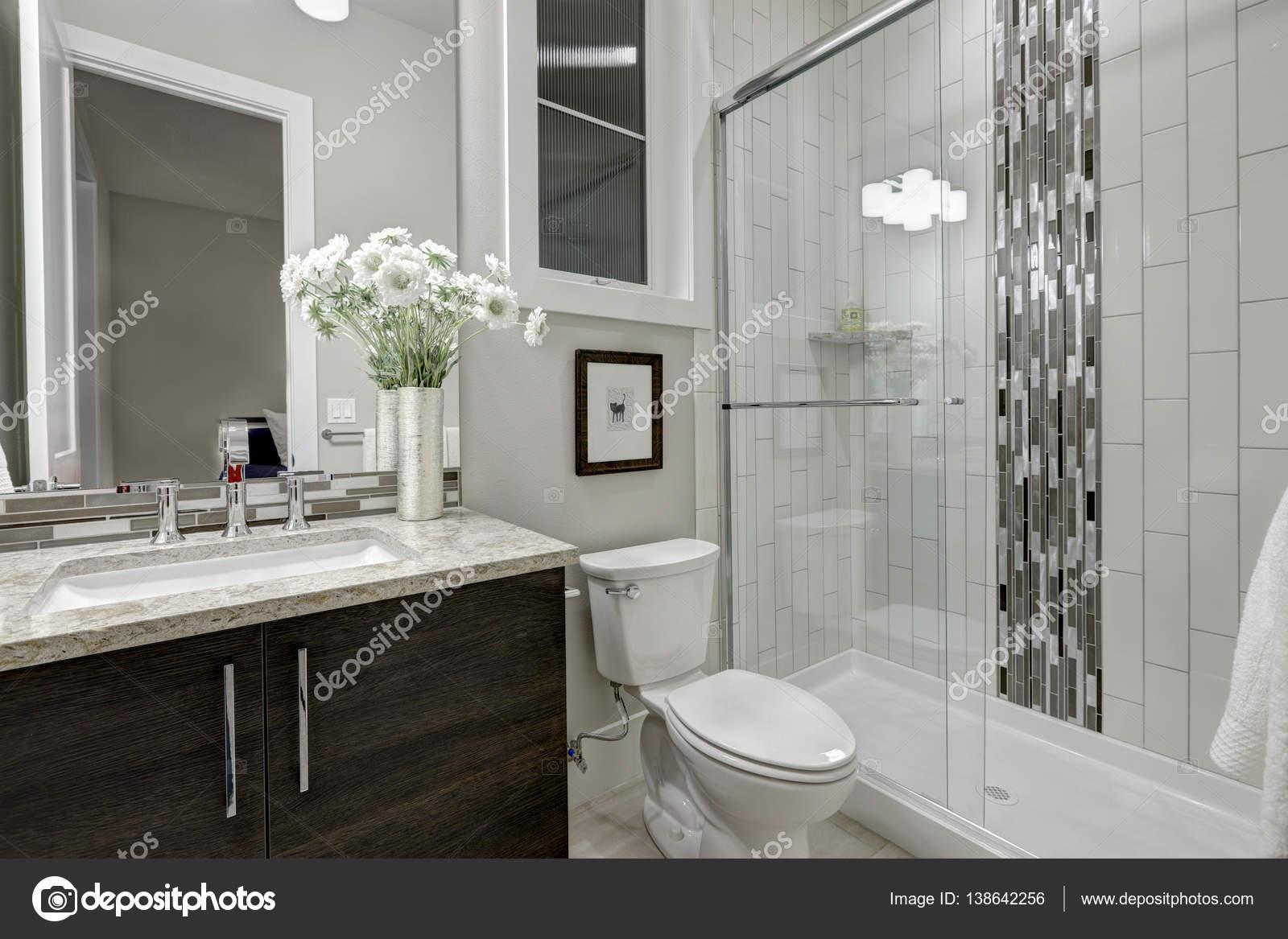cabina doccia in vetro in un bagno della casa di lusso