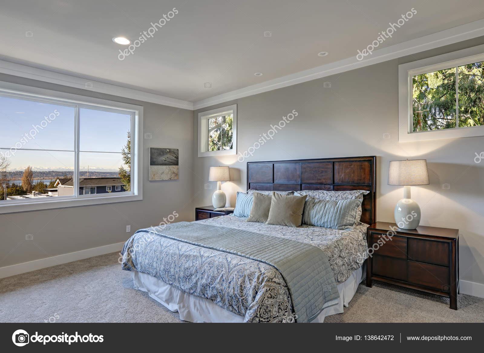 Disegno grigio camera da letto con letto queen size — Foto Stock ...
