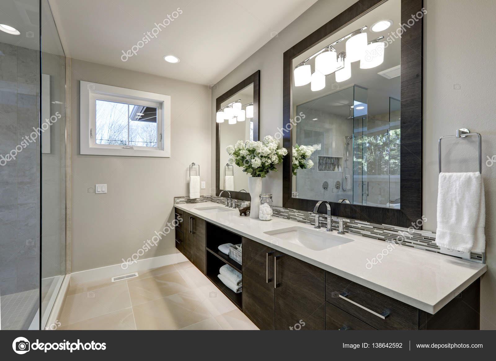 Salle de bain spacieuse dans les tons de gris wizth long meuble ...