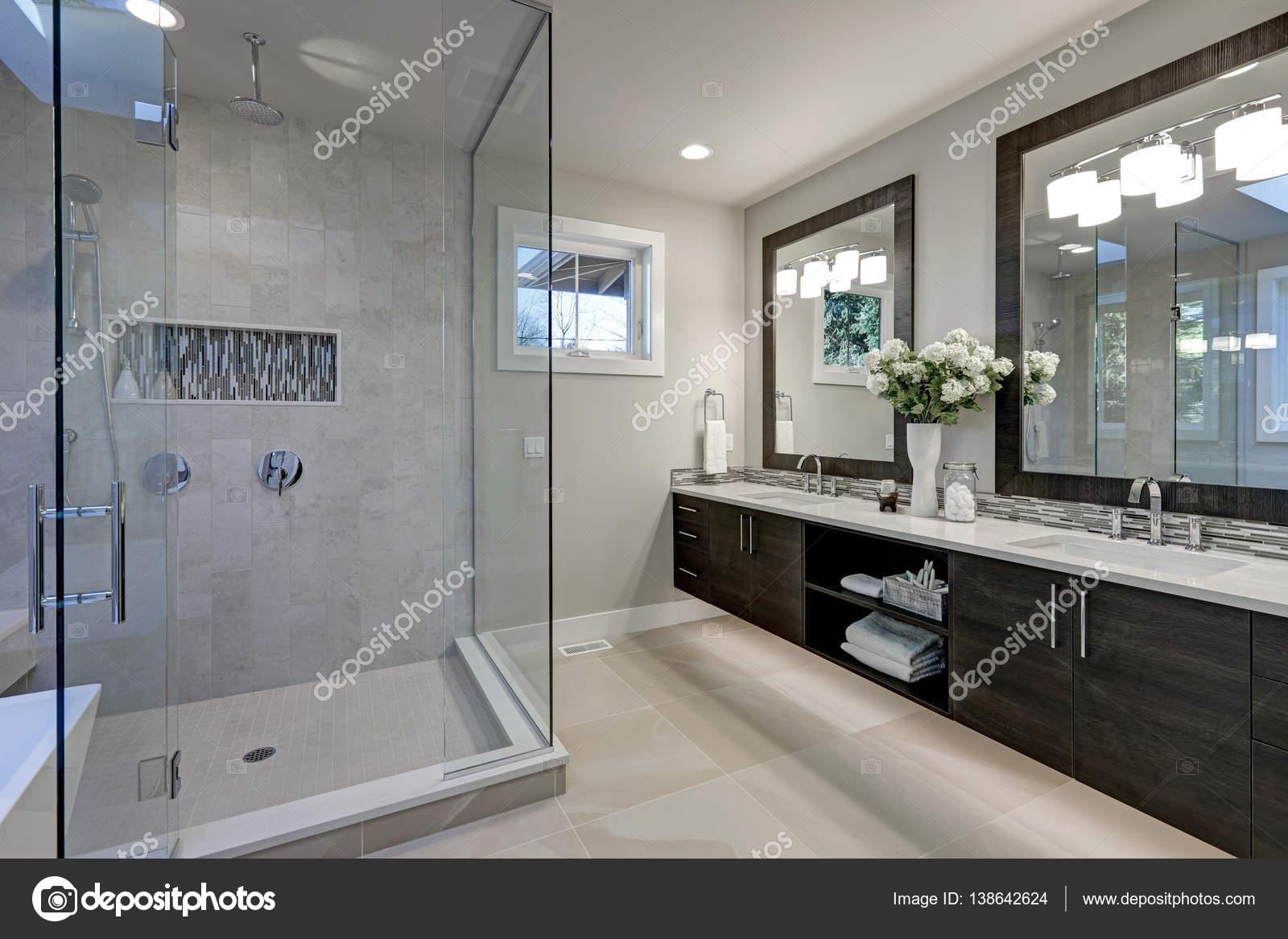 Ruime badkamer in grijstinten met vloerverwarming — Stockfoto ...