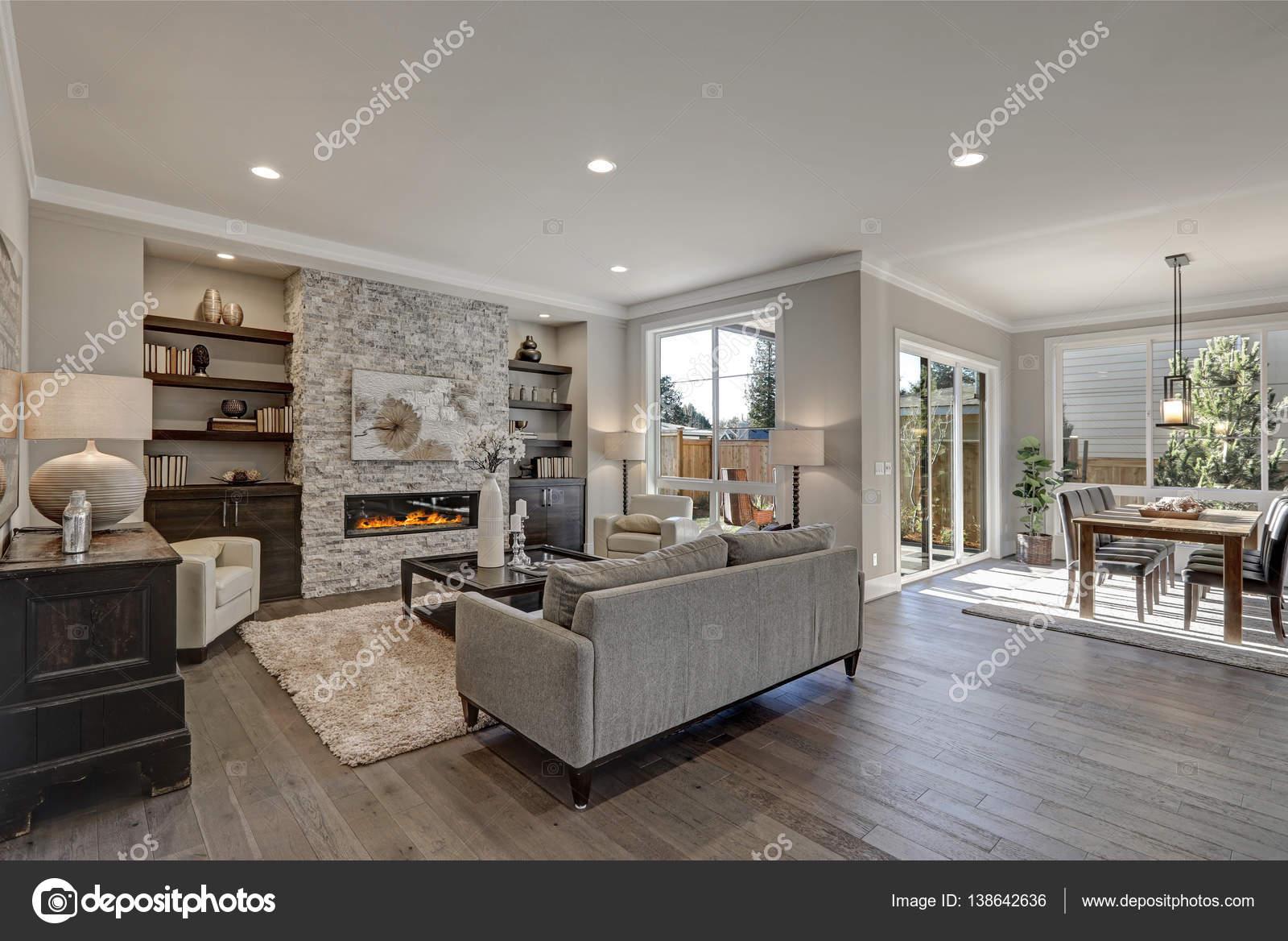 Chique woonkamer interieur in grijze kleuren stockfoto iriana88w 138642636 - Chique en gezellige interieur ...