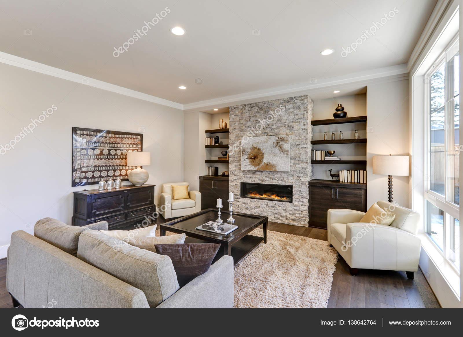 Chique woonkamer interieur in grijze kleuren stockfoto for Grijze woonkamer