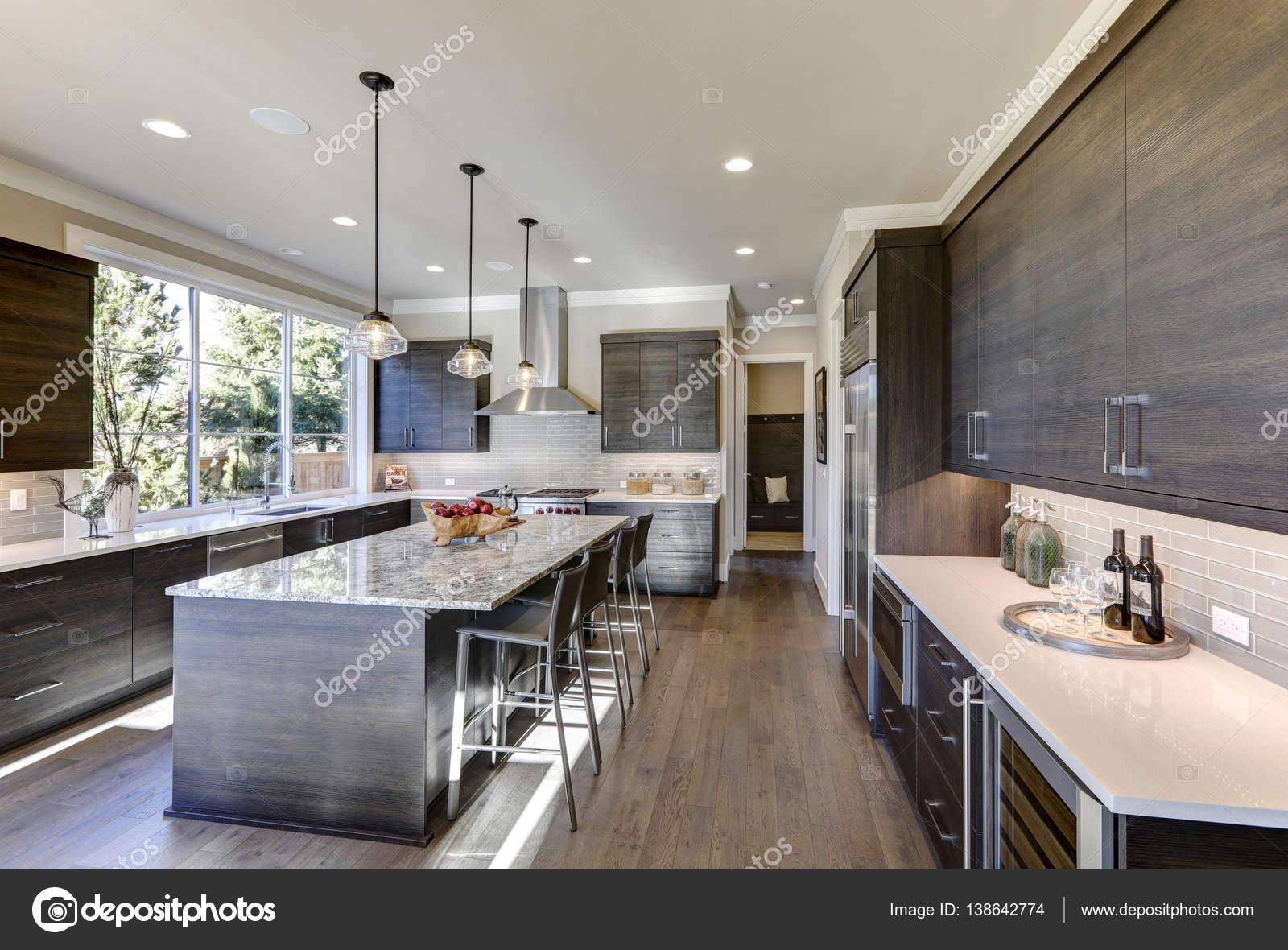 Tegels Grijze Keuken : Moderne grijze keuken voorzien van donker grijze vlakke voorzijde